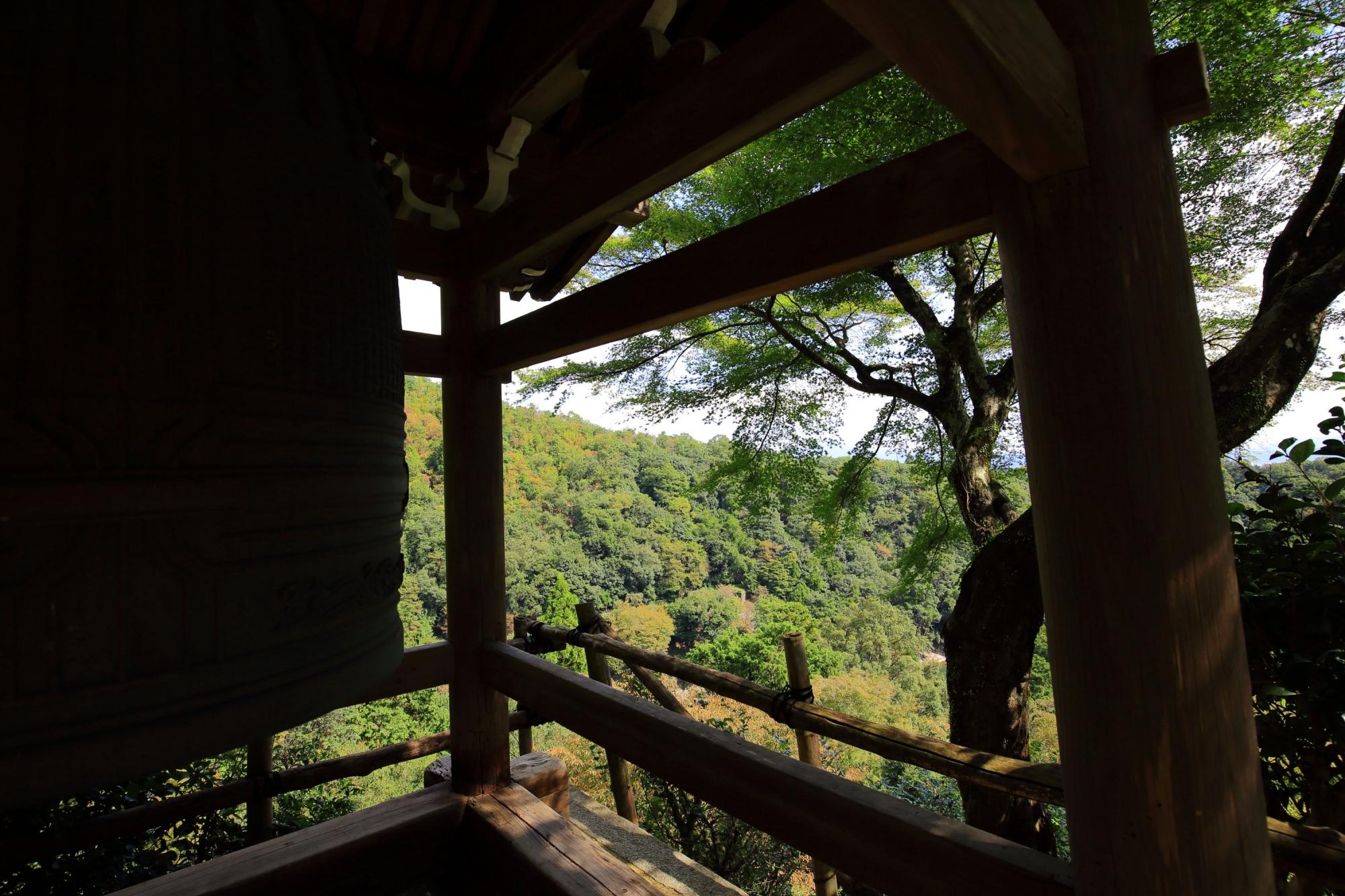 嵐山大悲閣 千光寺の鐘楼と青もみじ 2015年10月6日