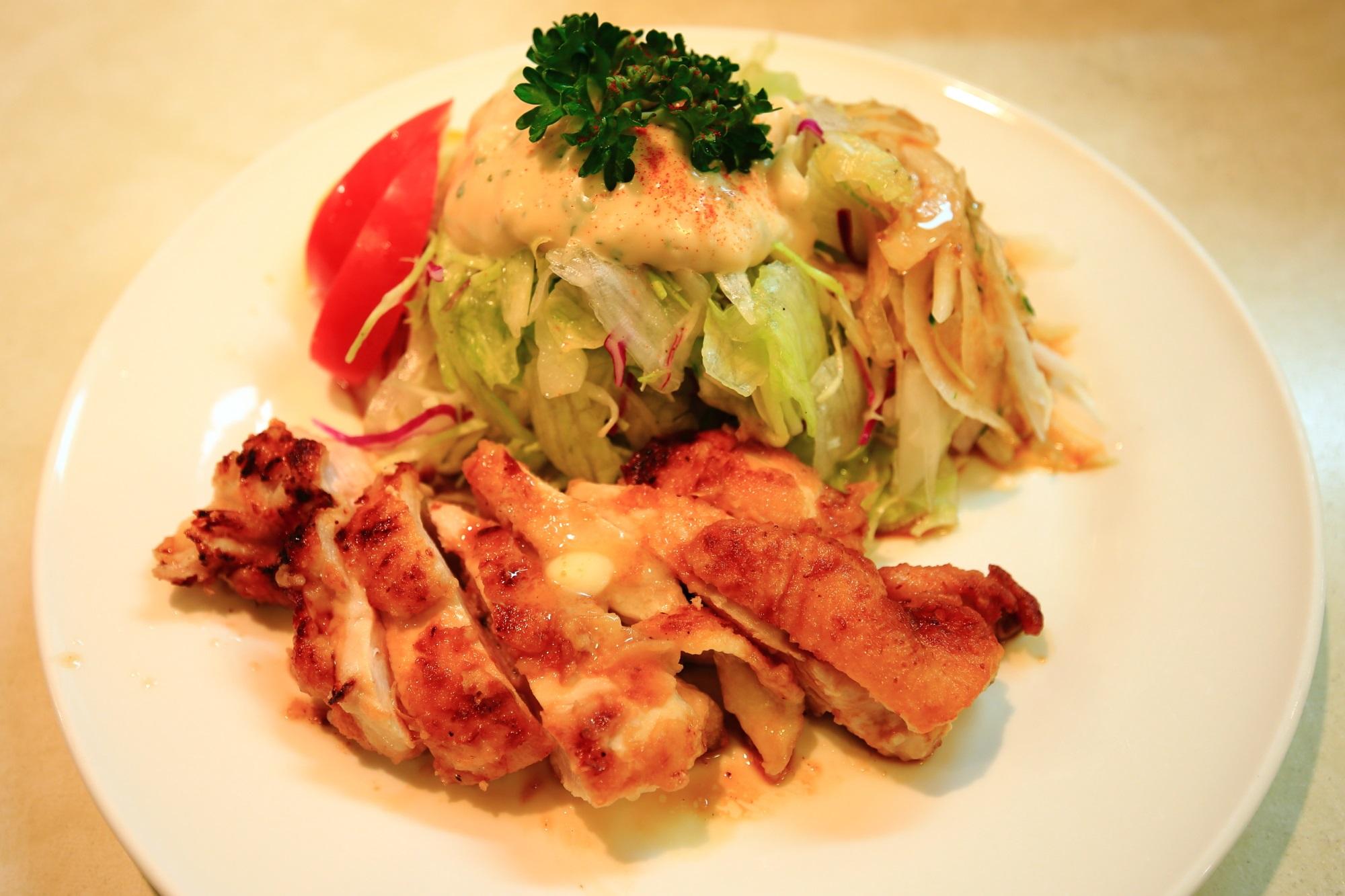サラダの店サンチョの「若鶏のグリルチキンとサラダ」(税込1,030円)