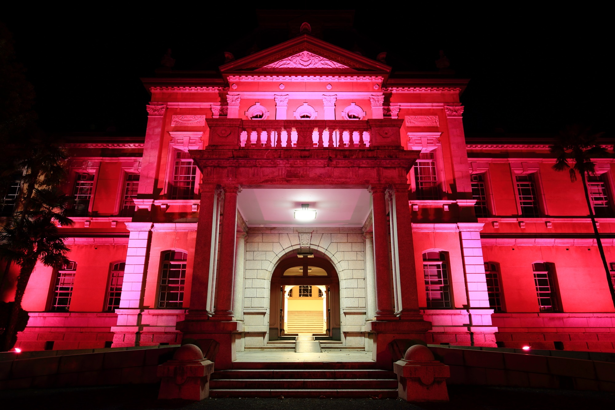 ピンクリボン活動の京都府庁旧本館のピンクのライトアップ