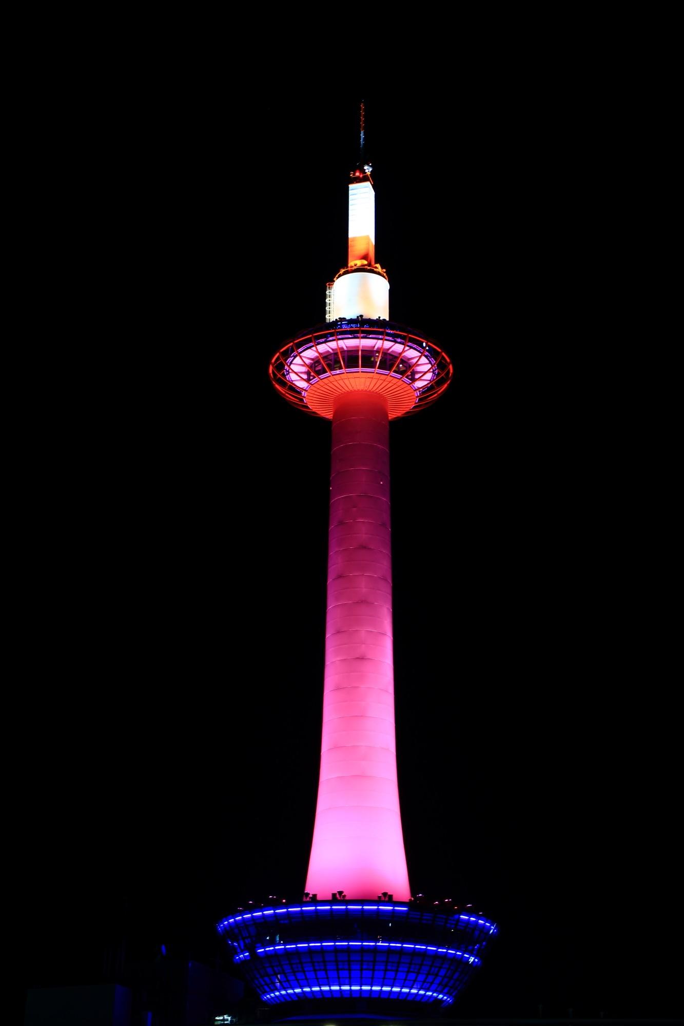 ピンクリボン活動の京都タワーのピンクのライトアップ