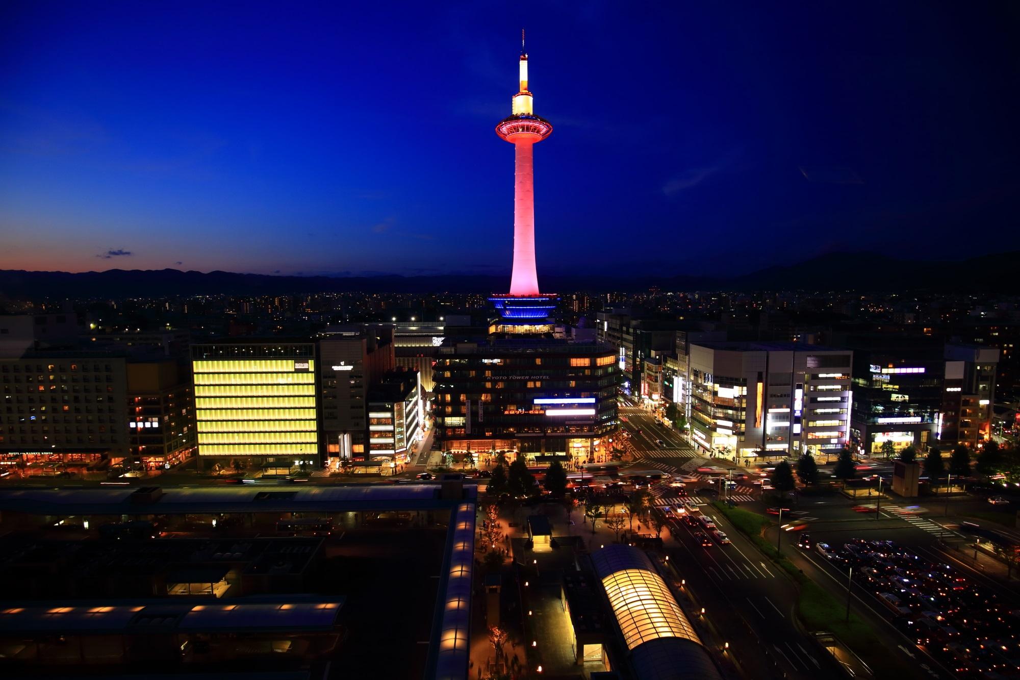 ピンクの京都タワー 綺麗な夜景とピンクリボンライトアップ