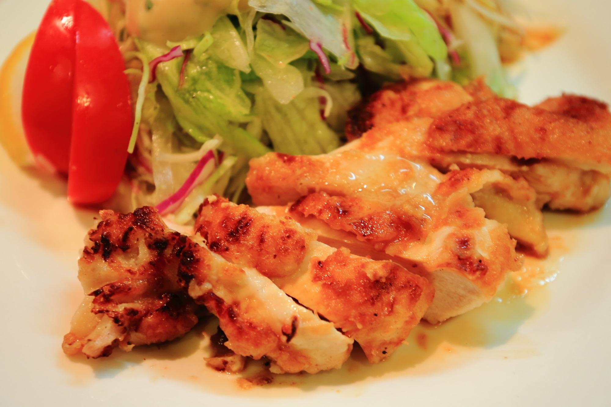 京都の安くてうまいサラダの店サンチョの美味しい若鶏のグリルチキンとサラダ