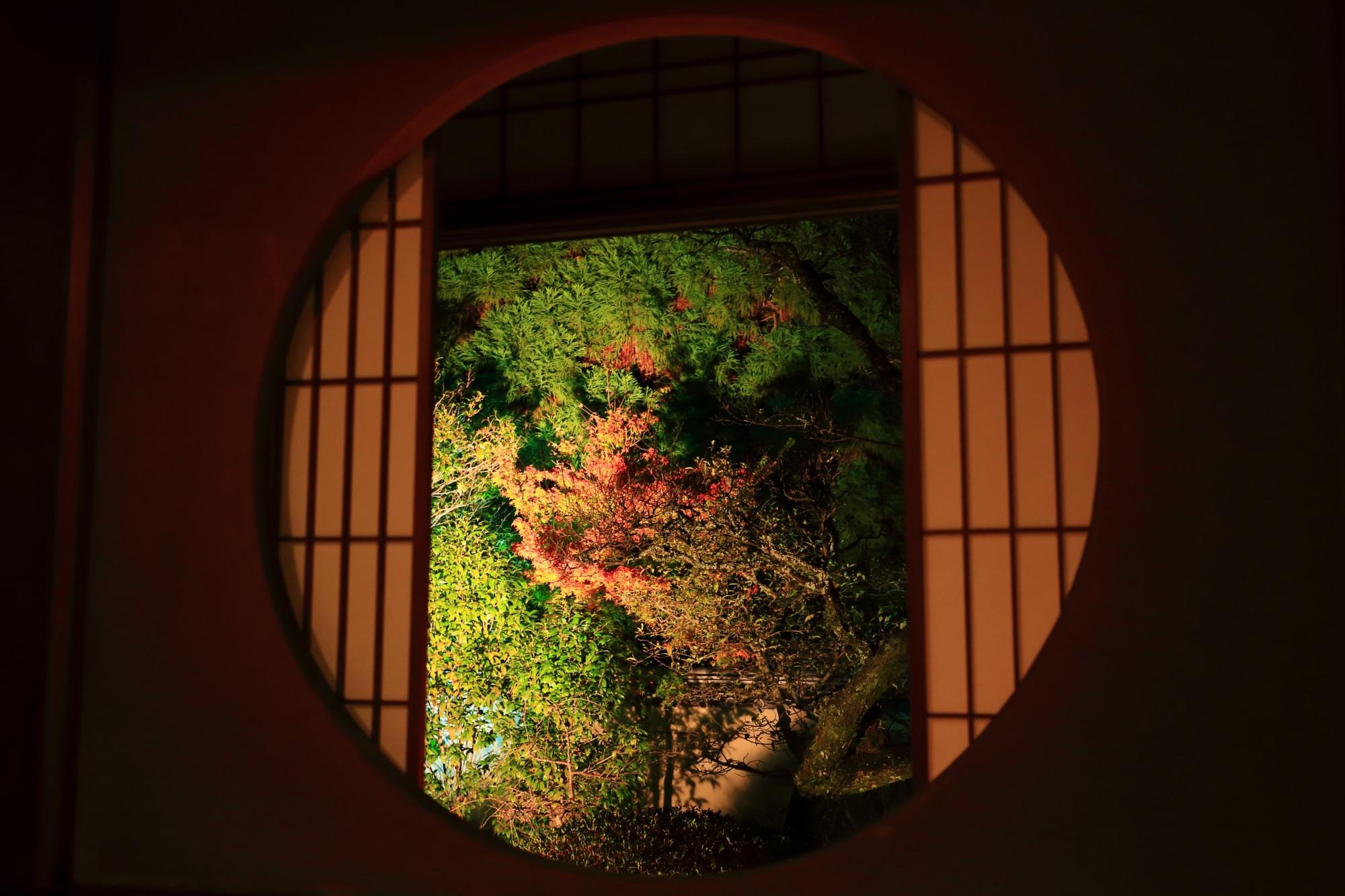 泉涌寺別院の雲龍院の悟りの窓の紅葉ライトアップ