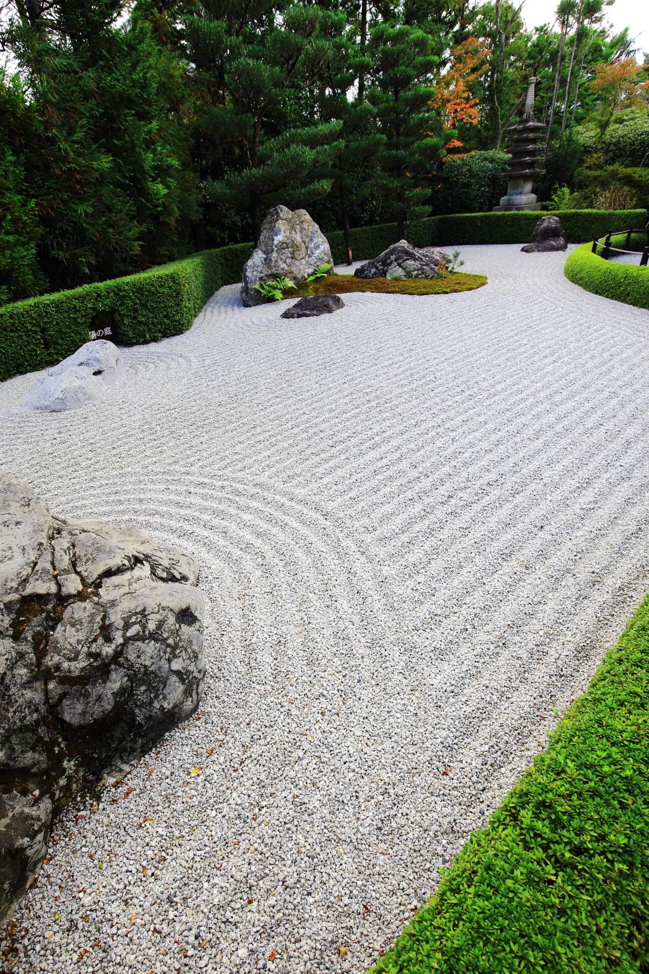 鮮やかな緑につつまれた白砂の美しい枯山水庭園である退蔵院の陰陽の庭