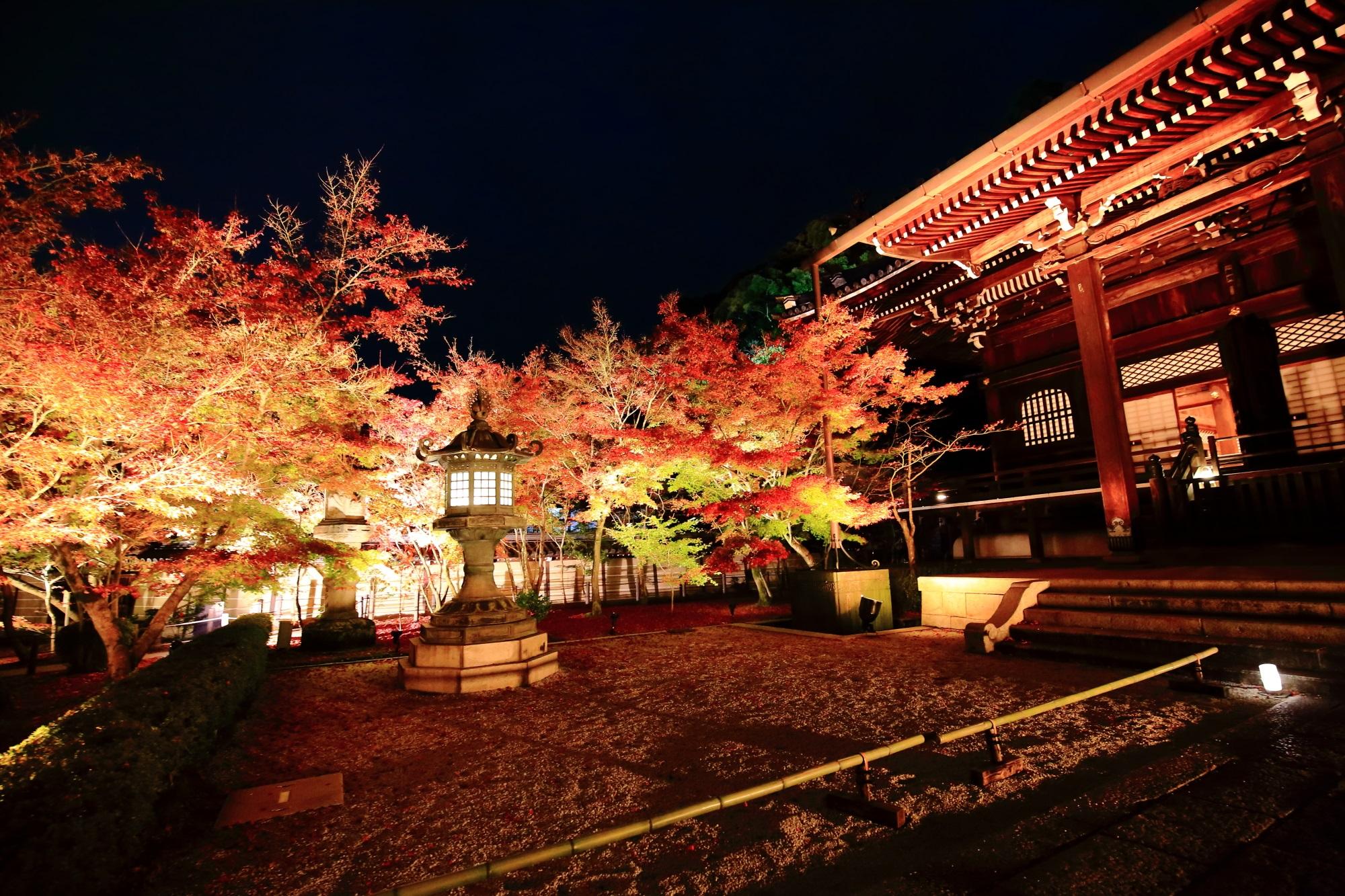 永観堂の御影堂と美しい見ごろの紅葉