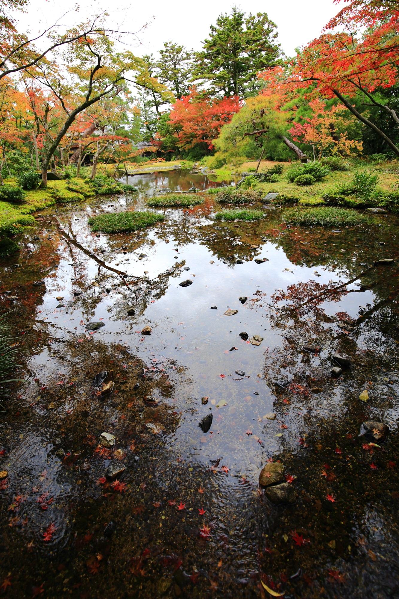 無鄰菴の庭園奥の滝の近くからの眺めた水辺の紅葉