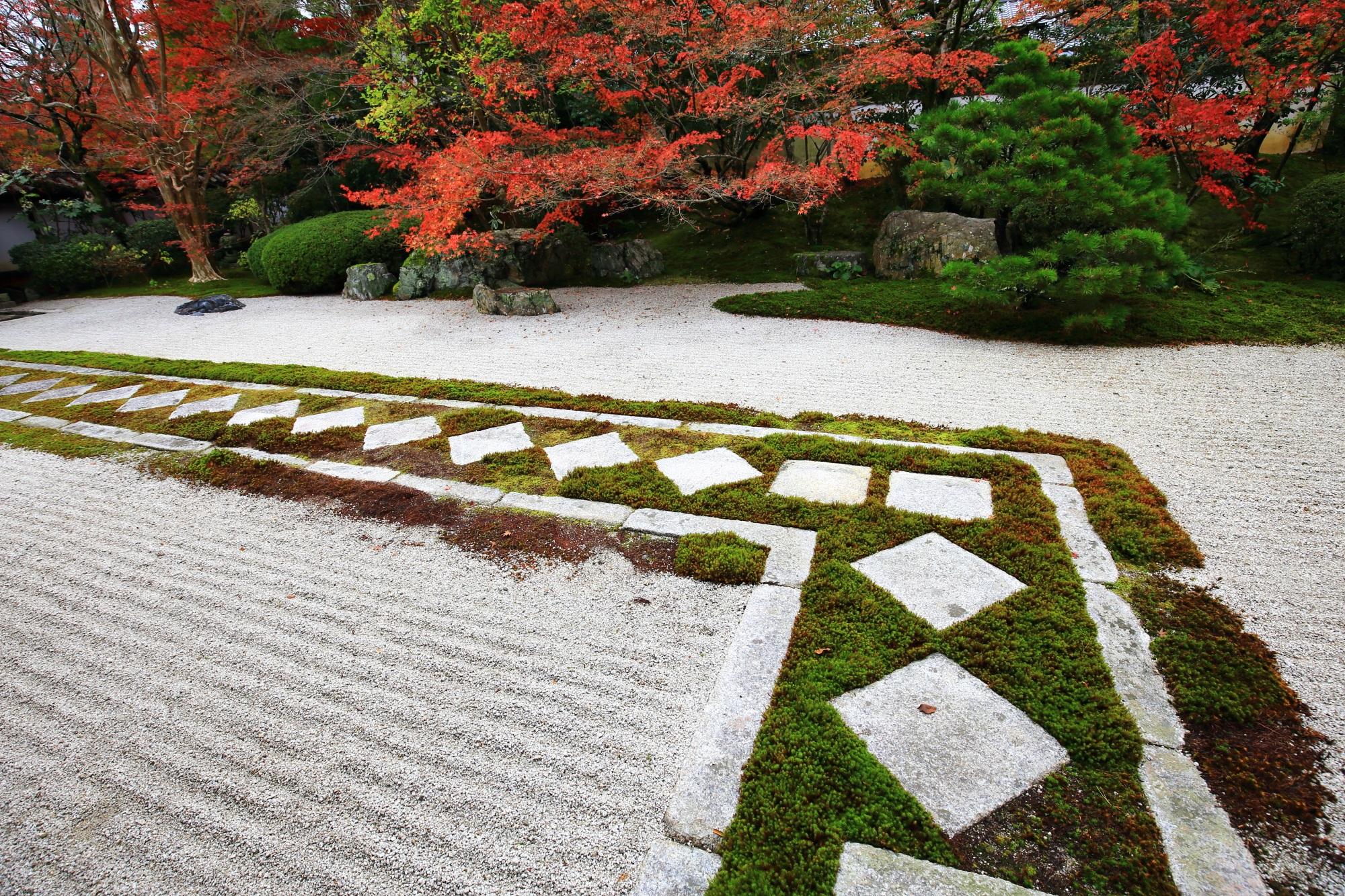 飛び石が特徴的な南禅寺天授庵の枯山水の本堂前庭園