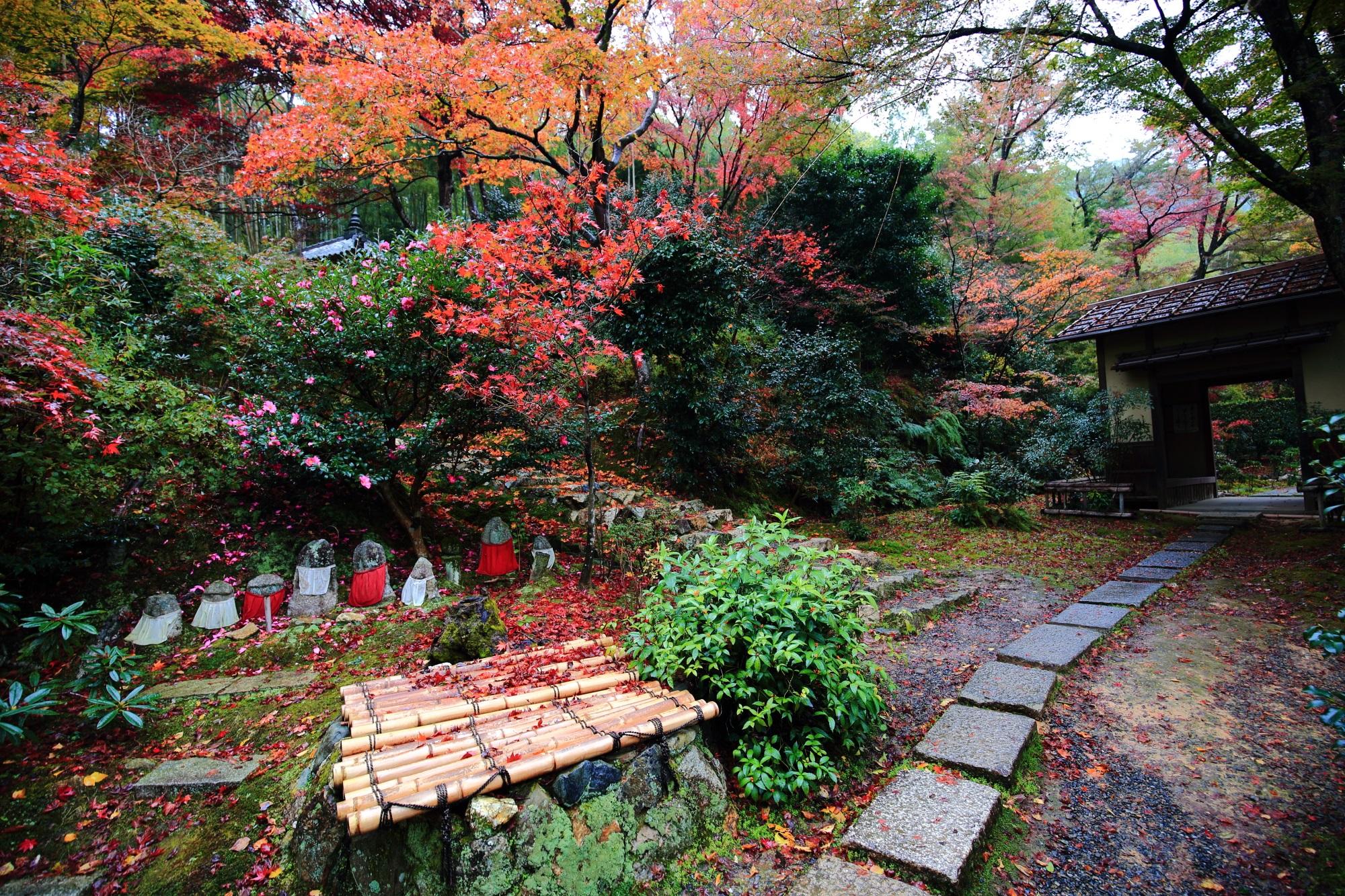 直指庵の開山堂前のお地蔵さんと見ごろの紅葉