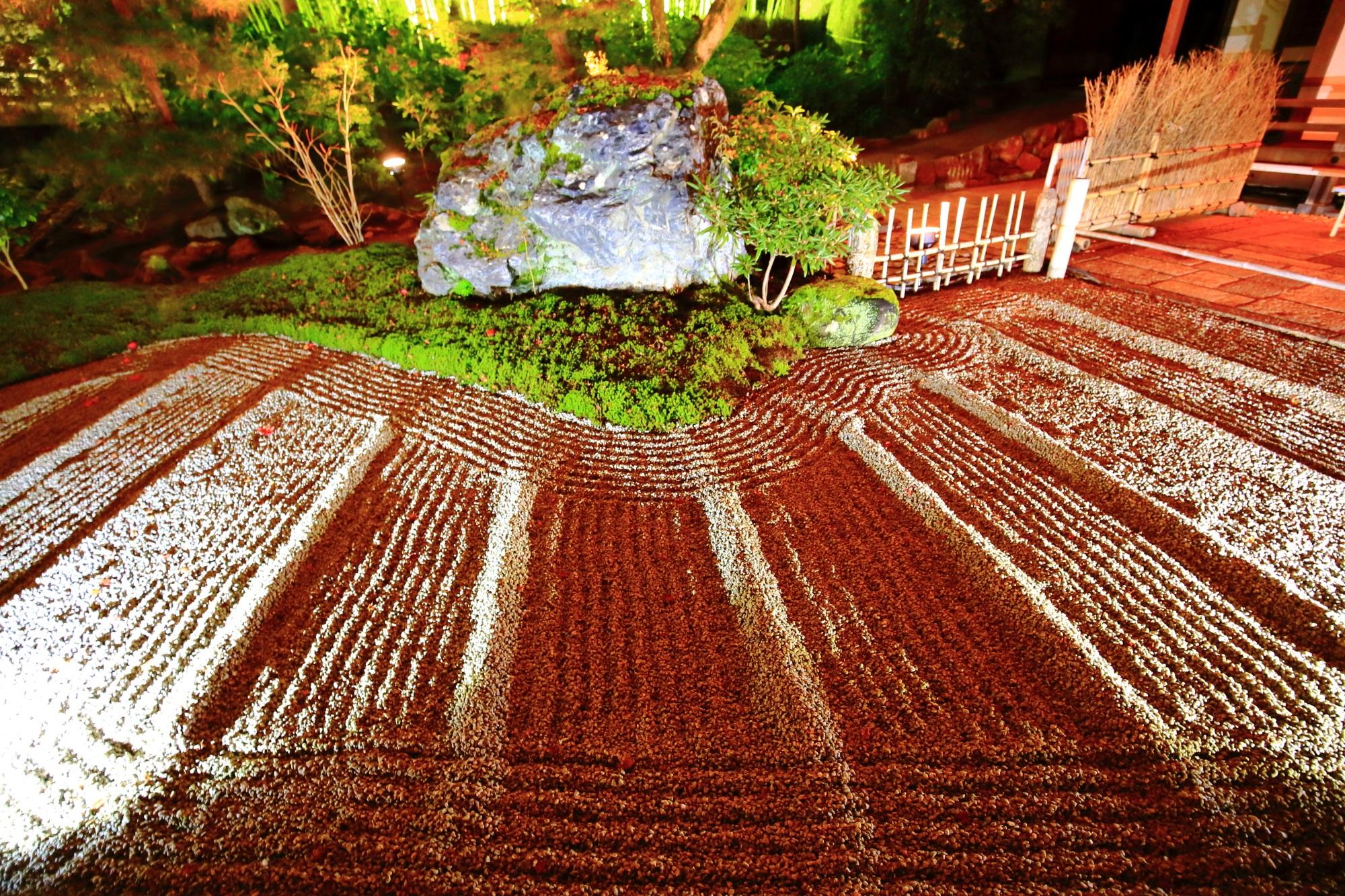 宝厳院の本堂前の石庭のライトアップ