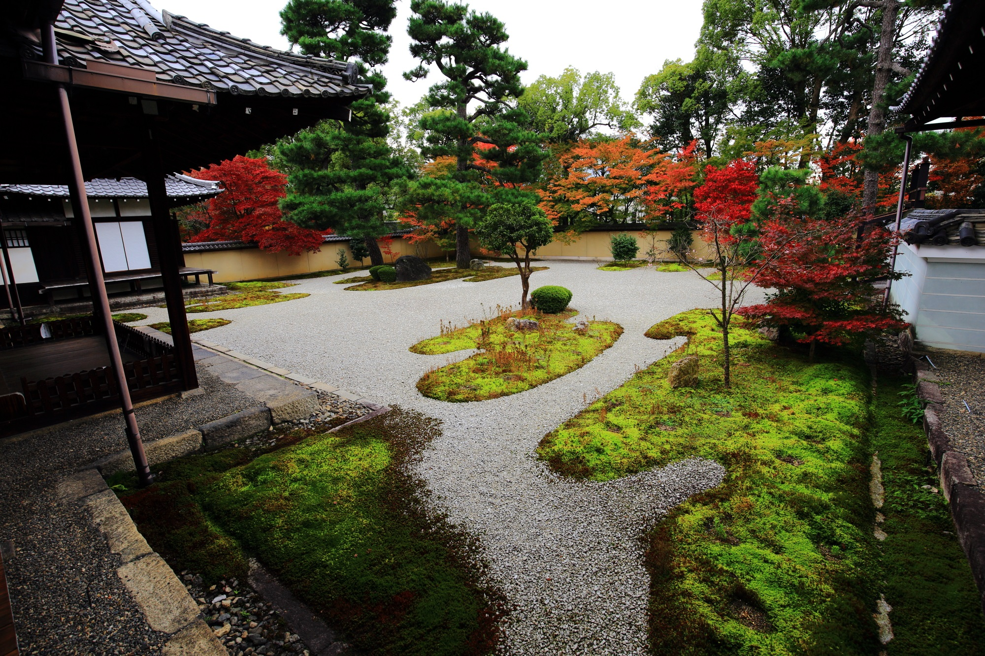 廬山寺の白砂と苔の源氏庭