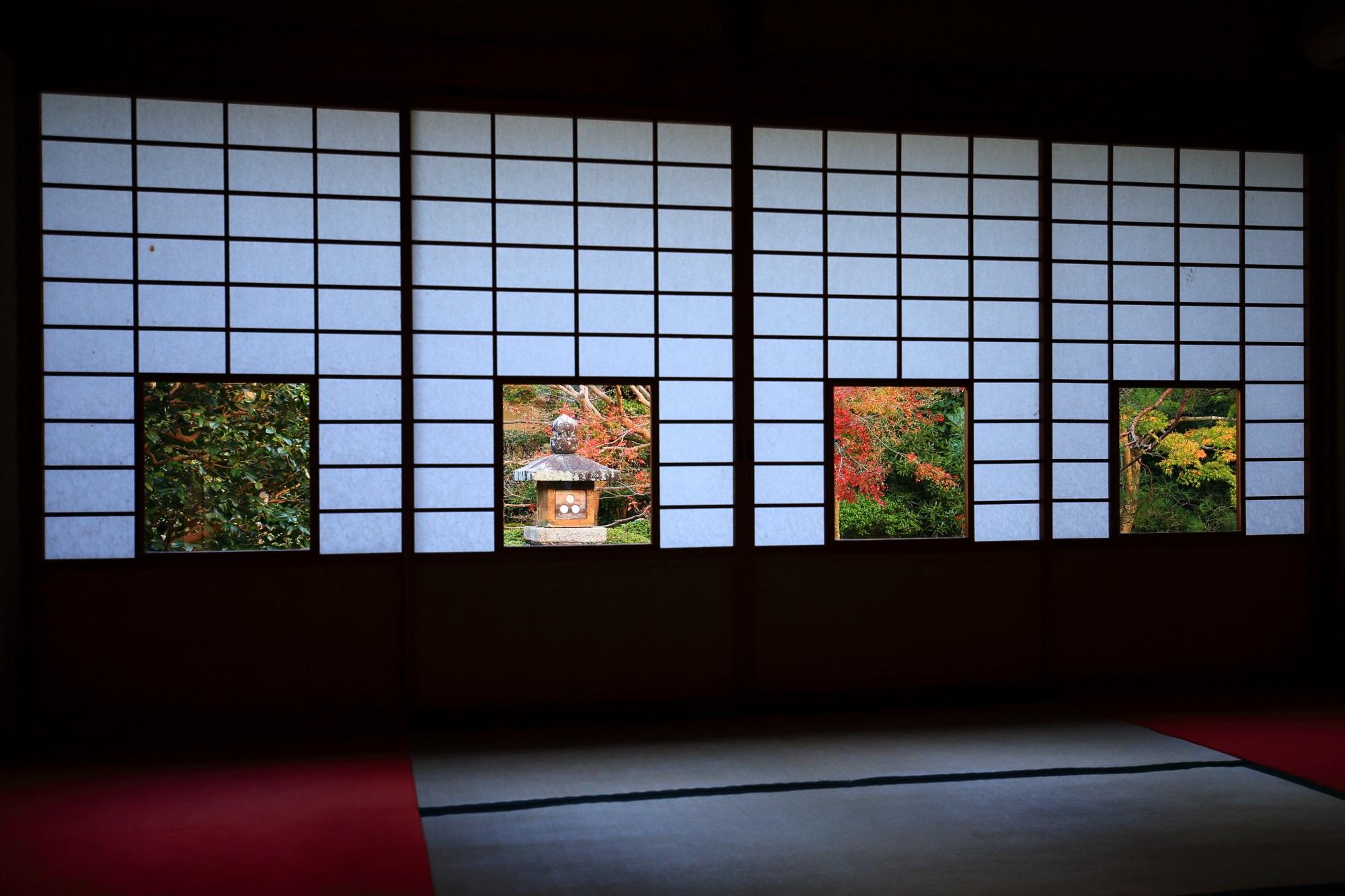 御寺泉涌寺別院の雲龍院の蓮華の間と灯籠と紅葉