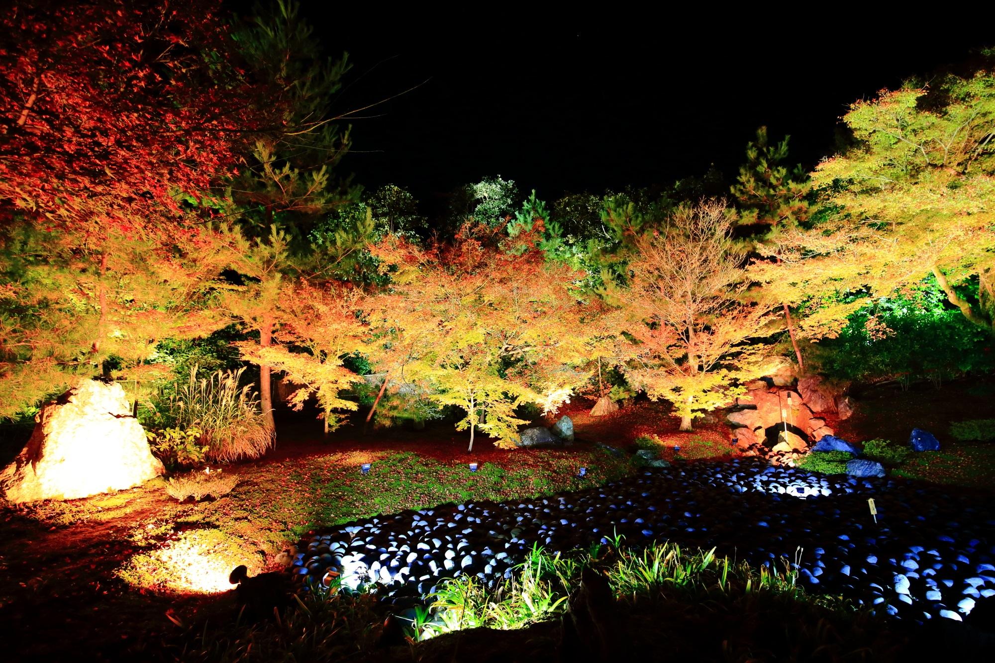 紅葉名所の嵐山の宝厳院の苦海の紅葉ライトアップ