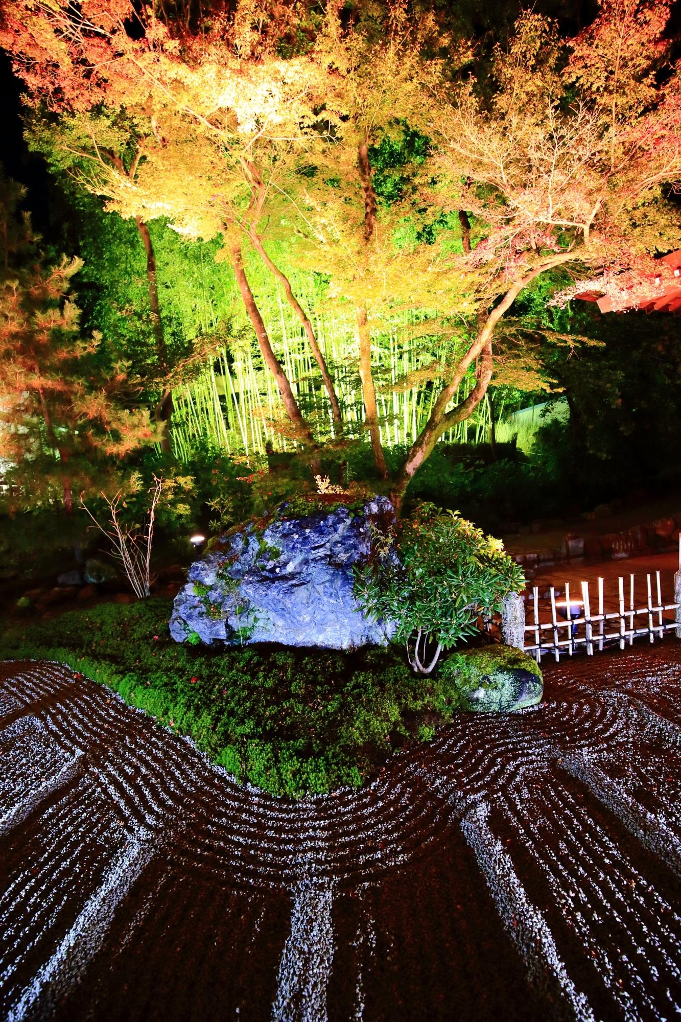紅葉名所の宝厳院(ほうごんいん)の本堂前の石庭と竹林と紅葉ライトアップ
