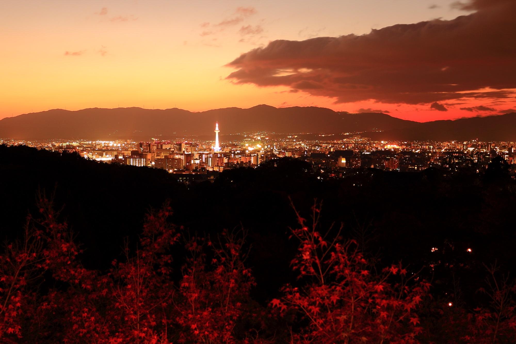 清水寺から眺めた夕焼けにつつまれた紅葉と京都タワー