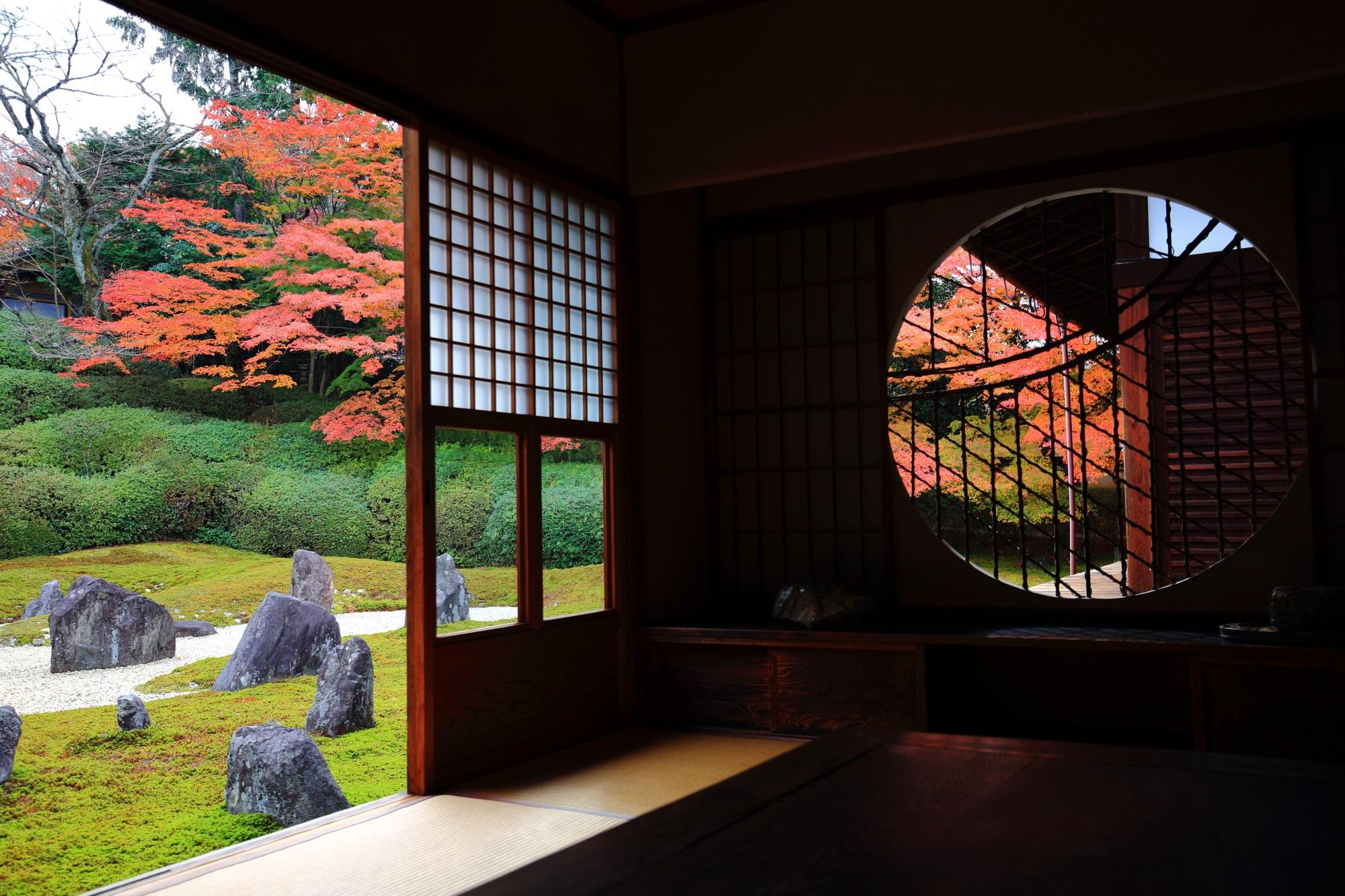 光明院の美しい波心庭の紅葉と丸い吉野窓