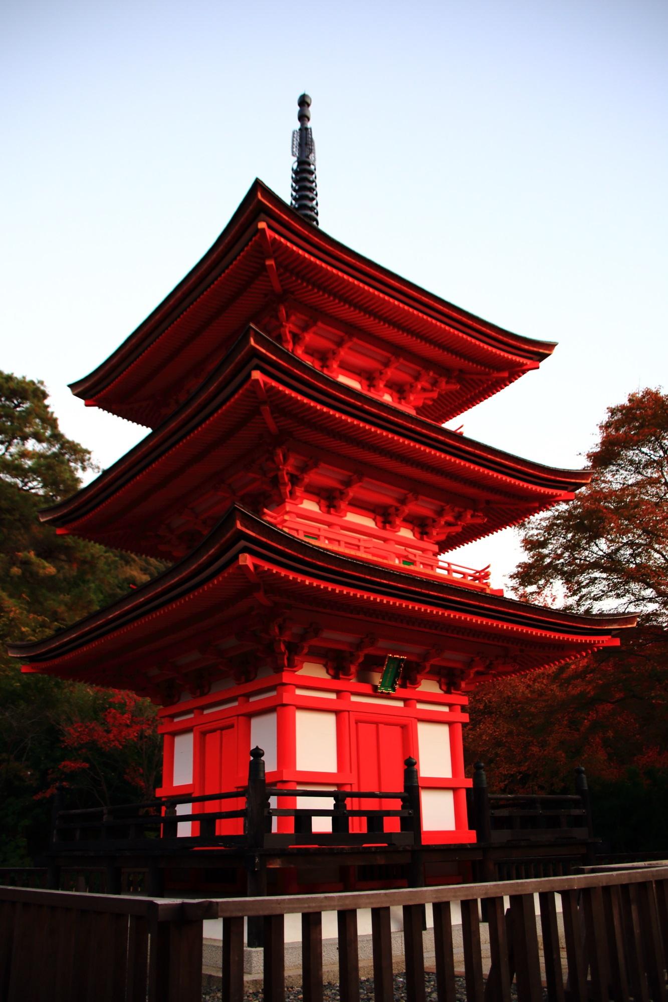 清水寺の夕暮れで赤く染まる子安の塔