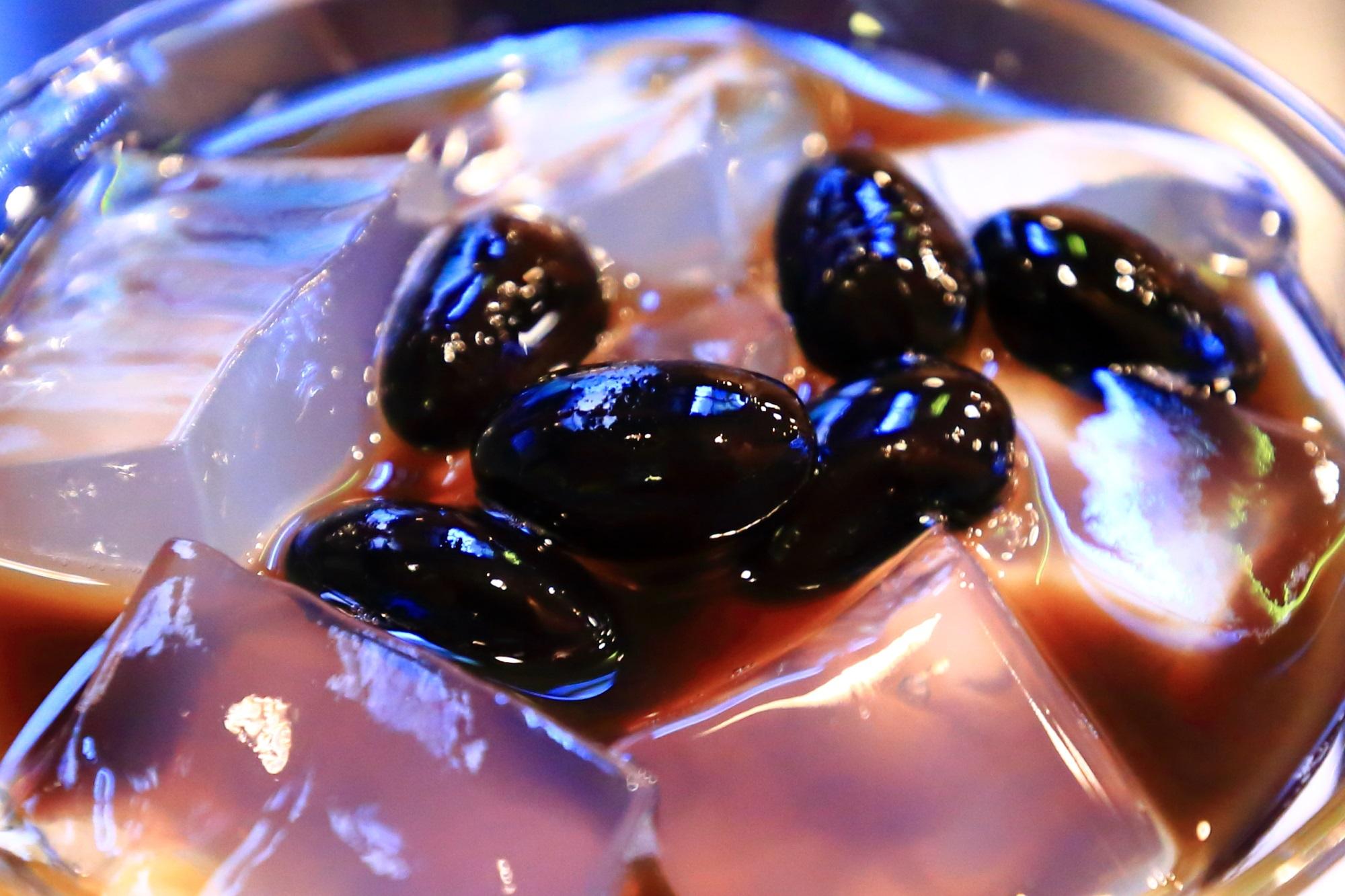 旨味とコクの詰まった美味しい黒豆とプルプルの寒天が入った12月の琥珀流し