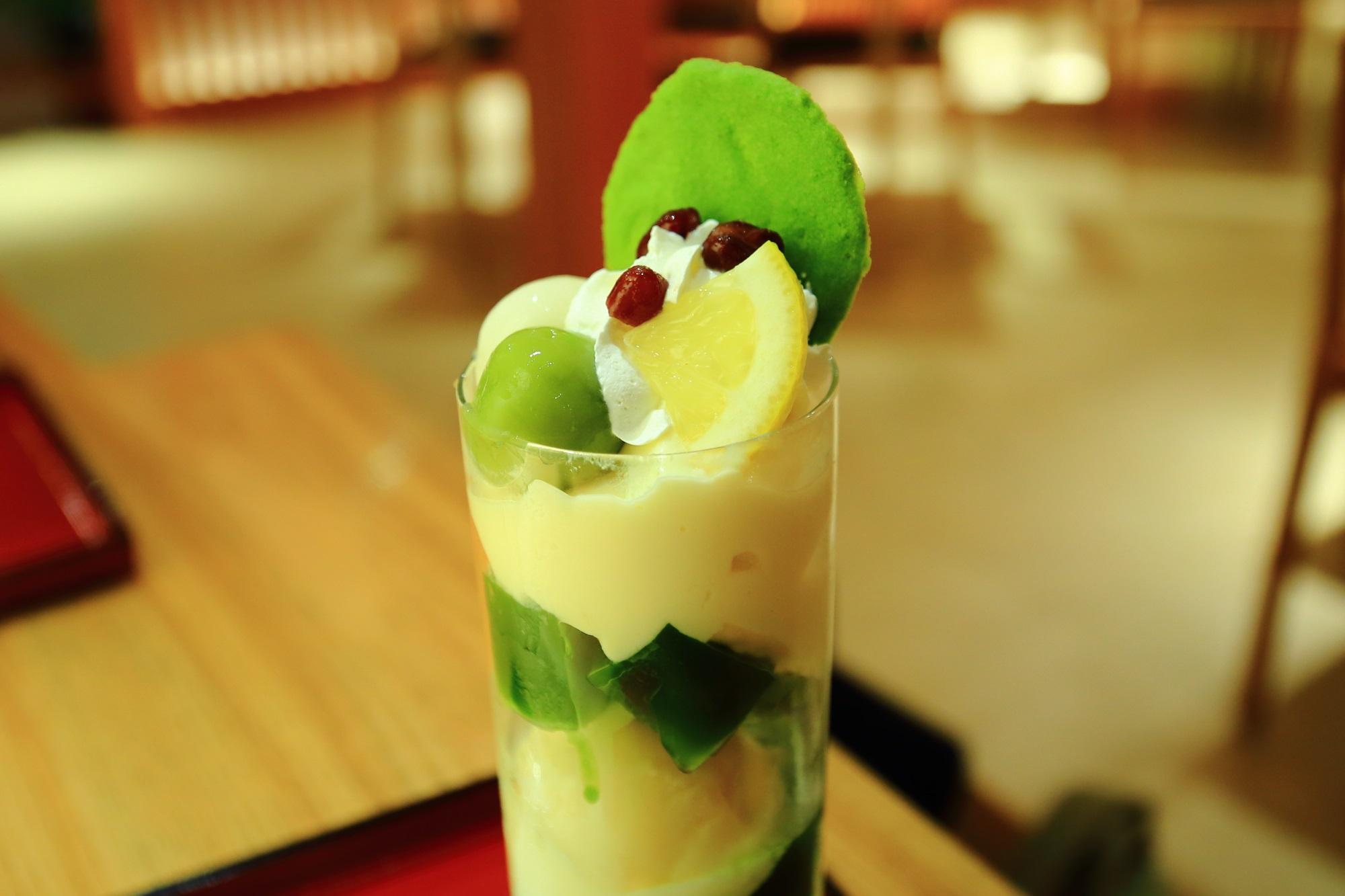 抹茶クッキーはじめ上にはいろんな甘味が乗った祇園小石のパフェ