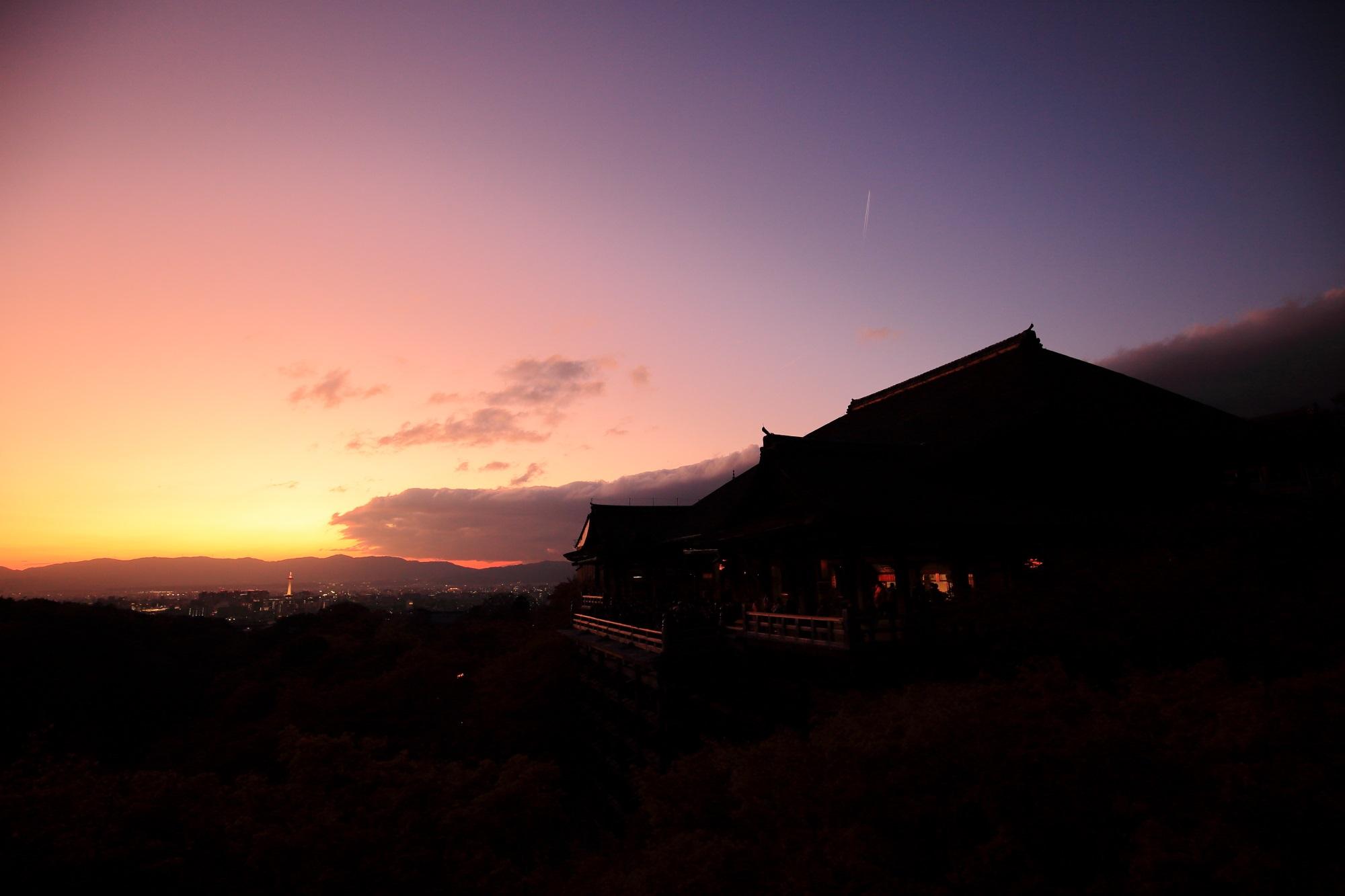 紅葉につつまれた清水寺の夕陽と夕焼けの絶景