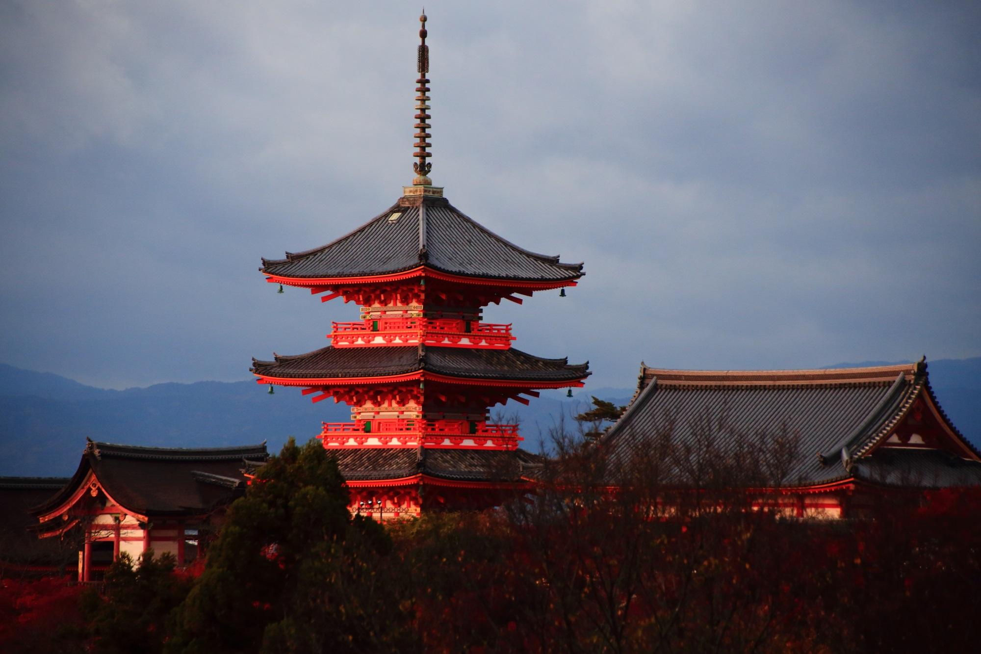 清水寺の夕暮れの三重塔