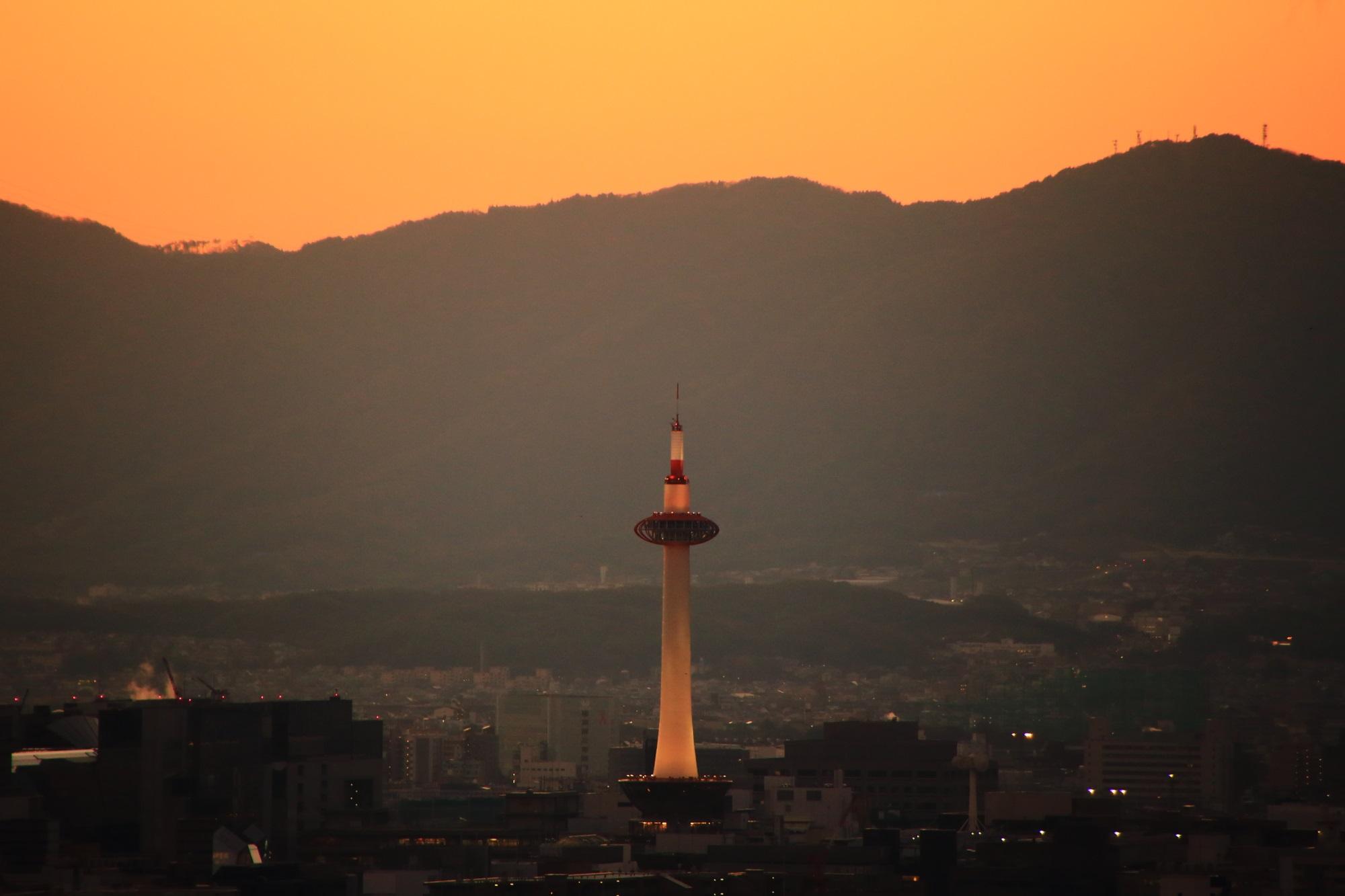 清水寺から眺めた夕焼けに染まる京都タワー