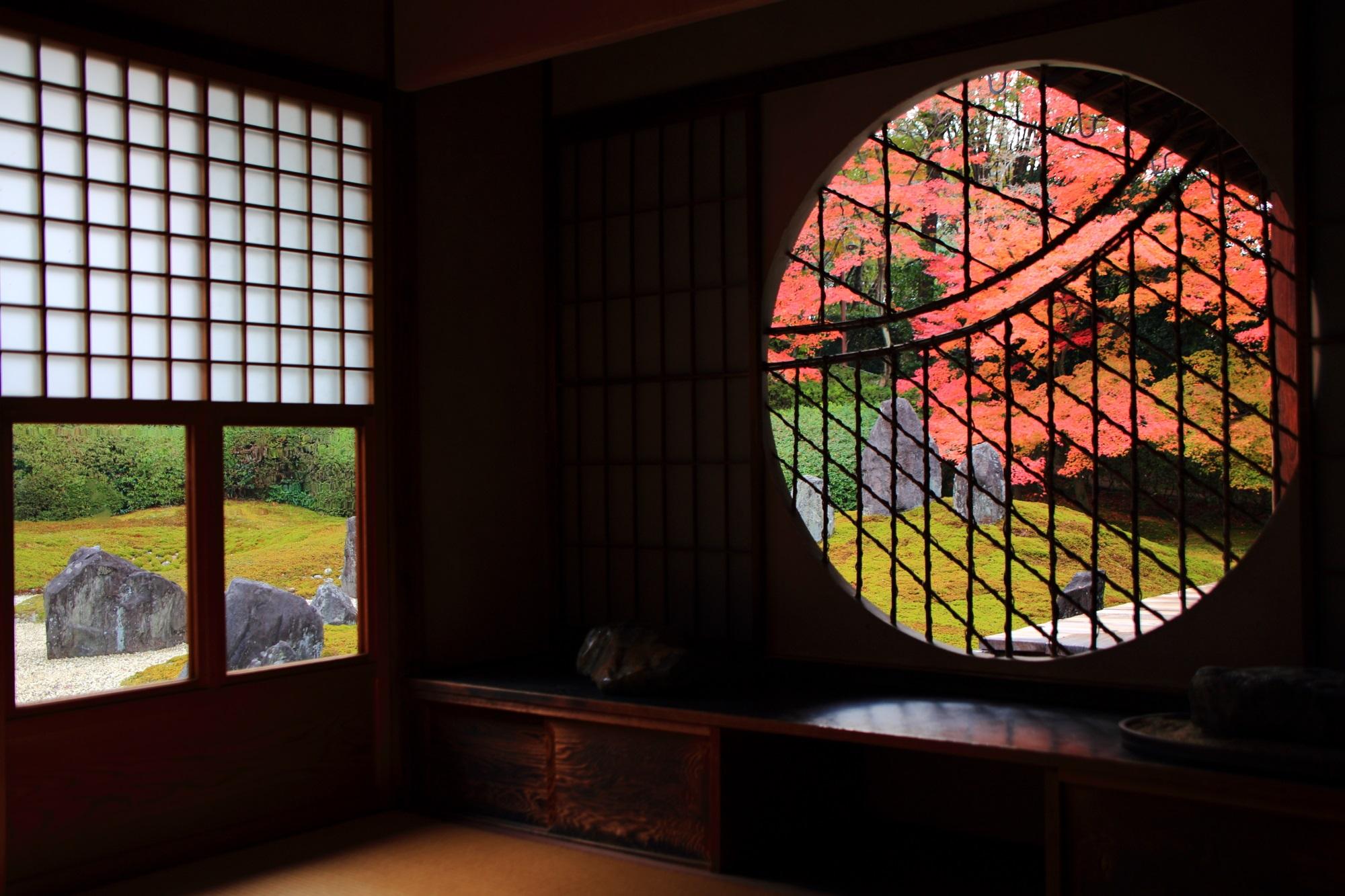 光明院の丸い吉野窓から見える秋の美しく趣きある紅葉