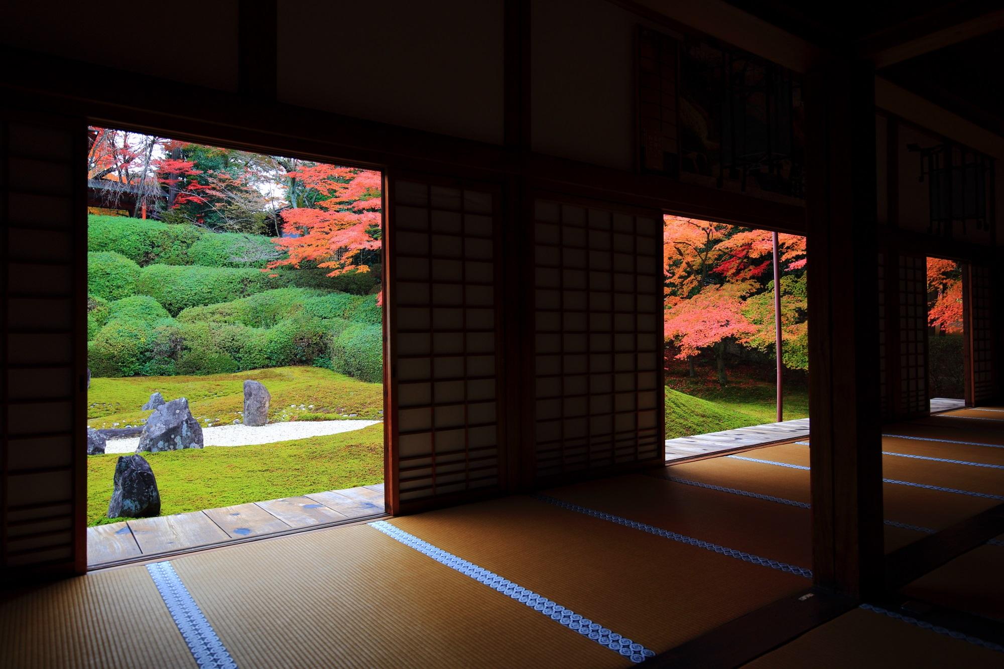 本堂(方丈)から眺めた波心庭と紅葉