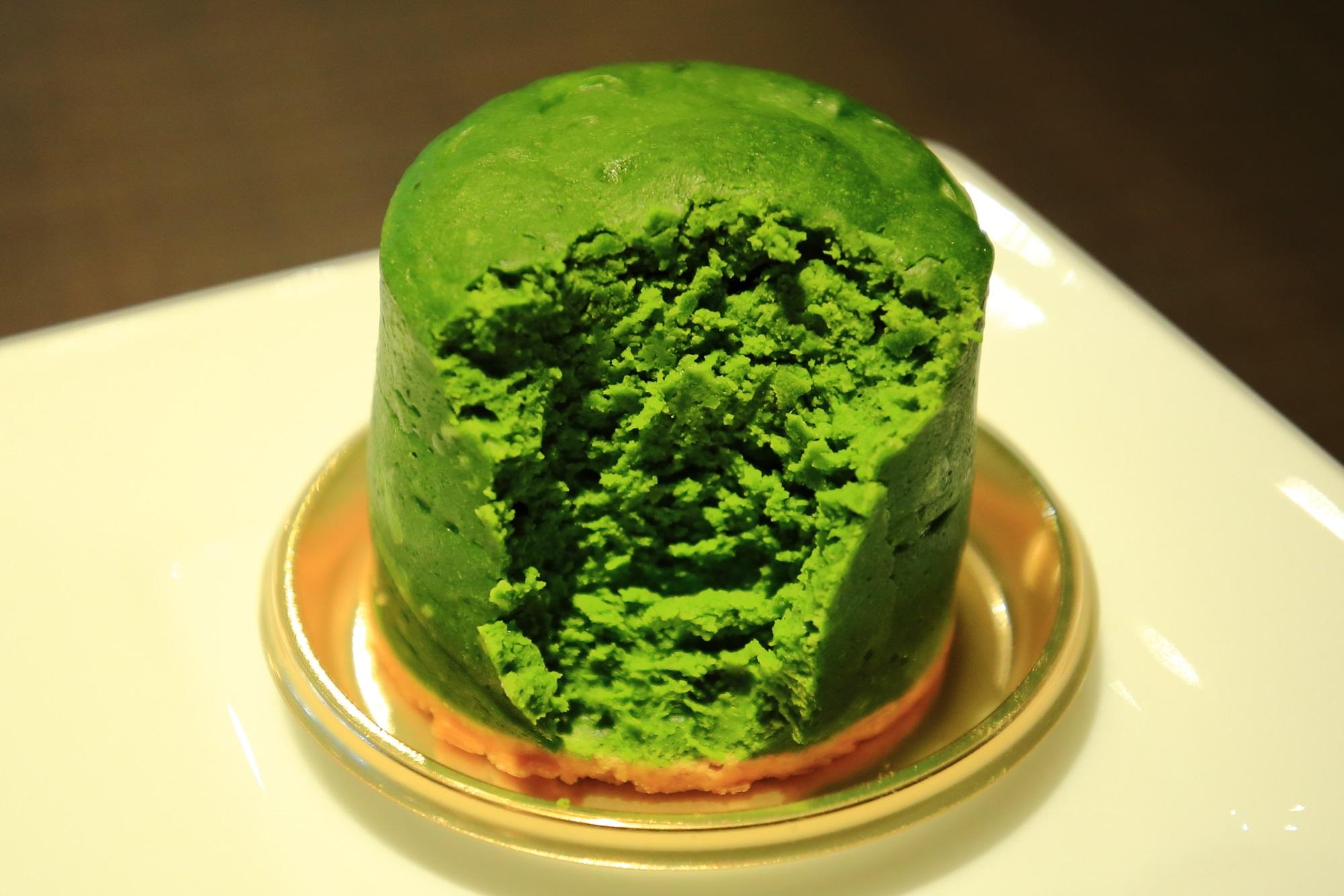 話題の甘味処の茶寮翠泉(さりょうすいせん)の美味しいお濃い抹茶チーズケーキ
