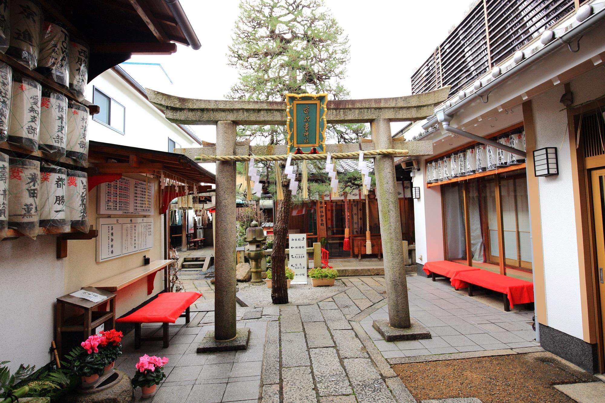 鳥居が建つ奥行きのある境内の市比賣神社