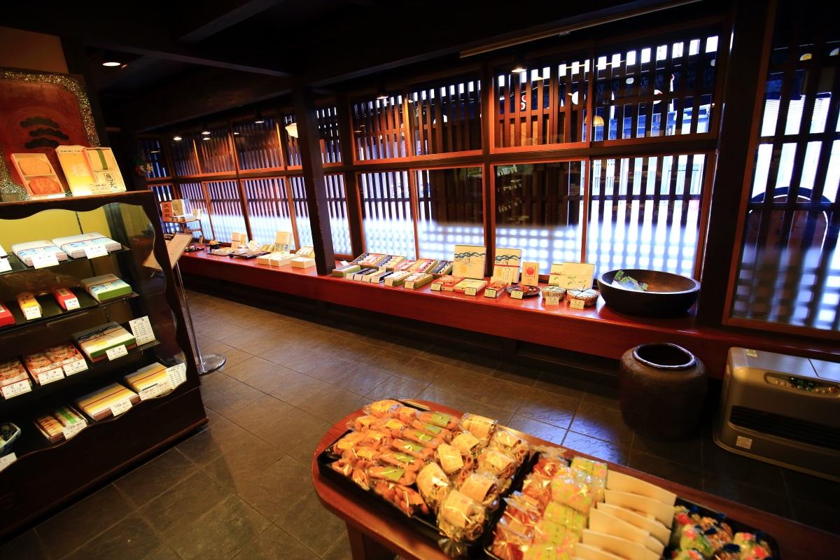 大極殿栖園の店内と和菓子