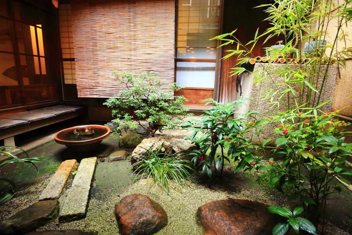 栖園の千両の咲く風情ある中庭