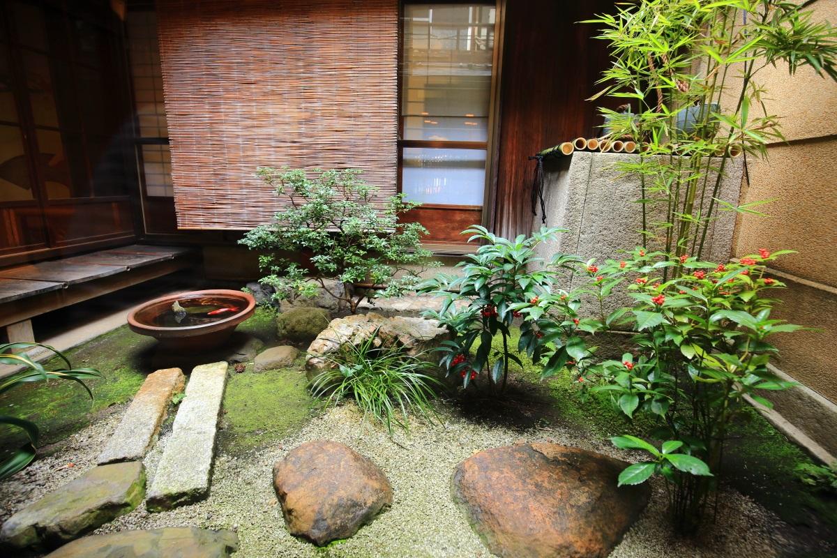 栖園の緑や飛び石の配された中庭