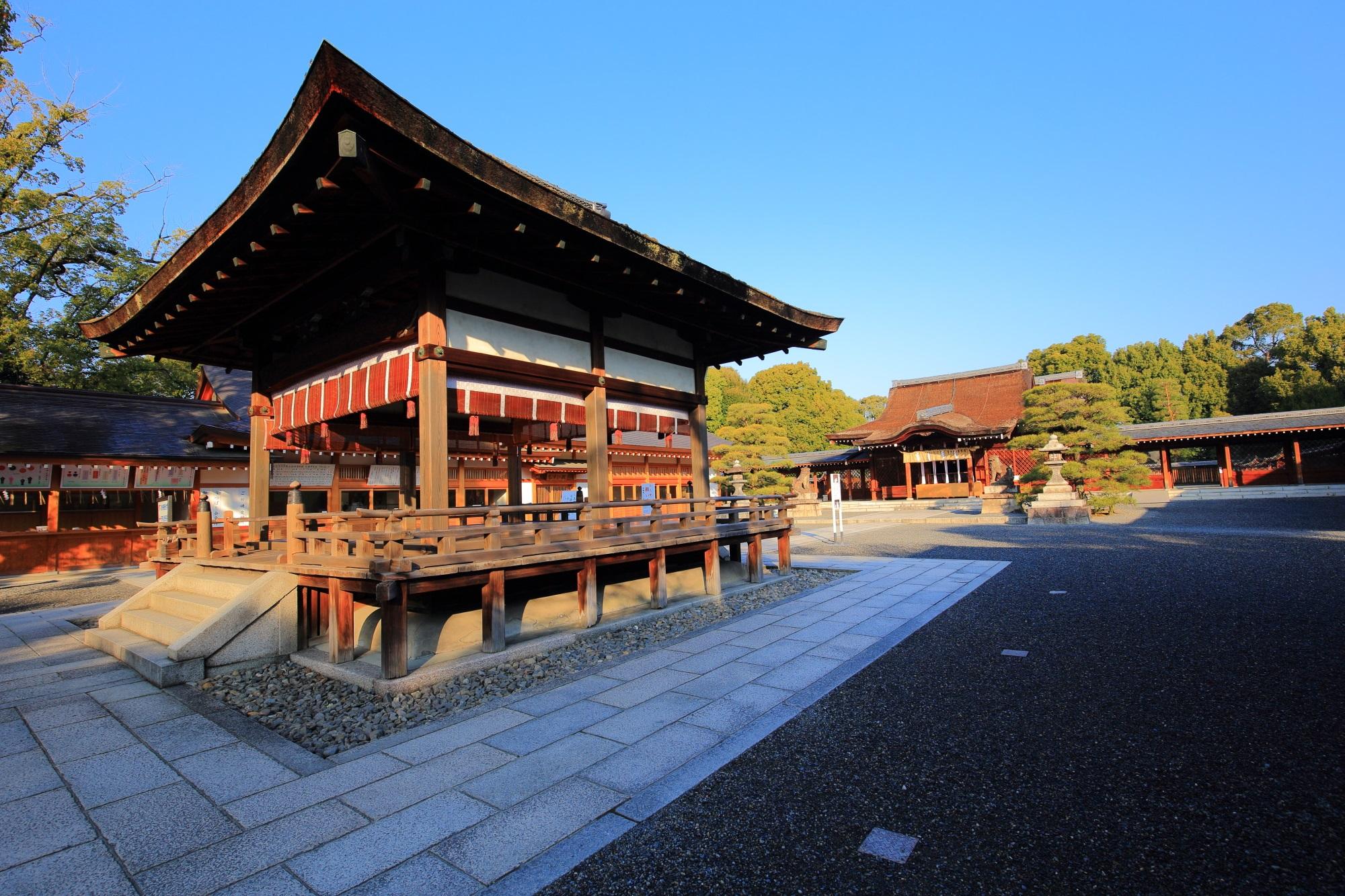 爽快な青空の下の美しい拝殿と本殿