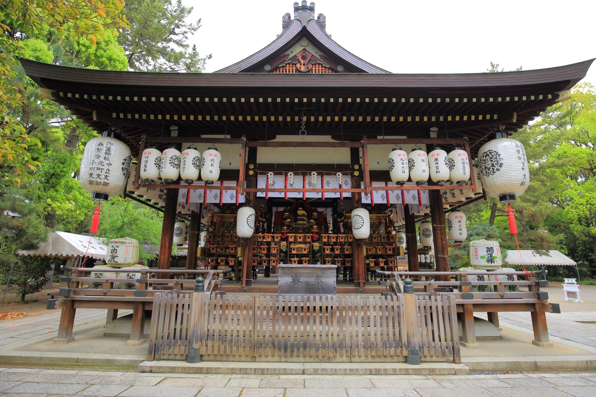 上御霊神社の雄大な造りの拝殿