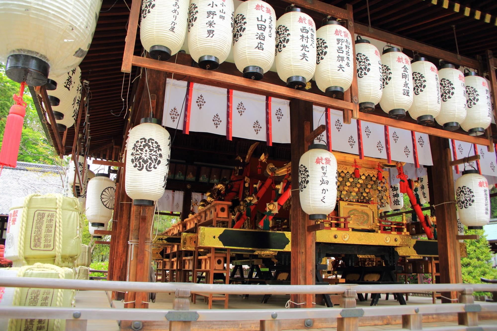上御霊神社の拝殿に飾られる御霊祭で使われる御神輿