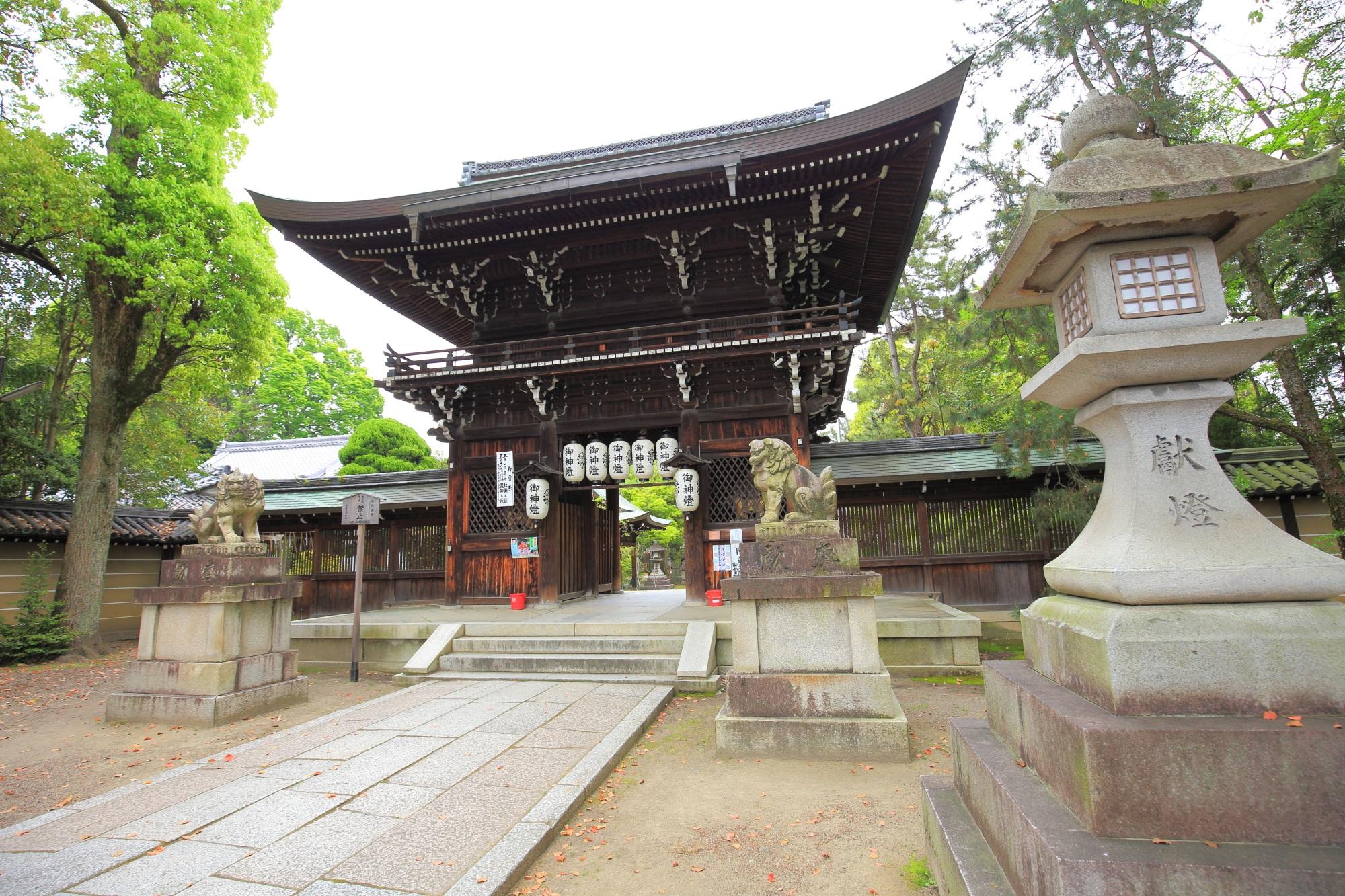 上御霊神社の立派に構える楼門