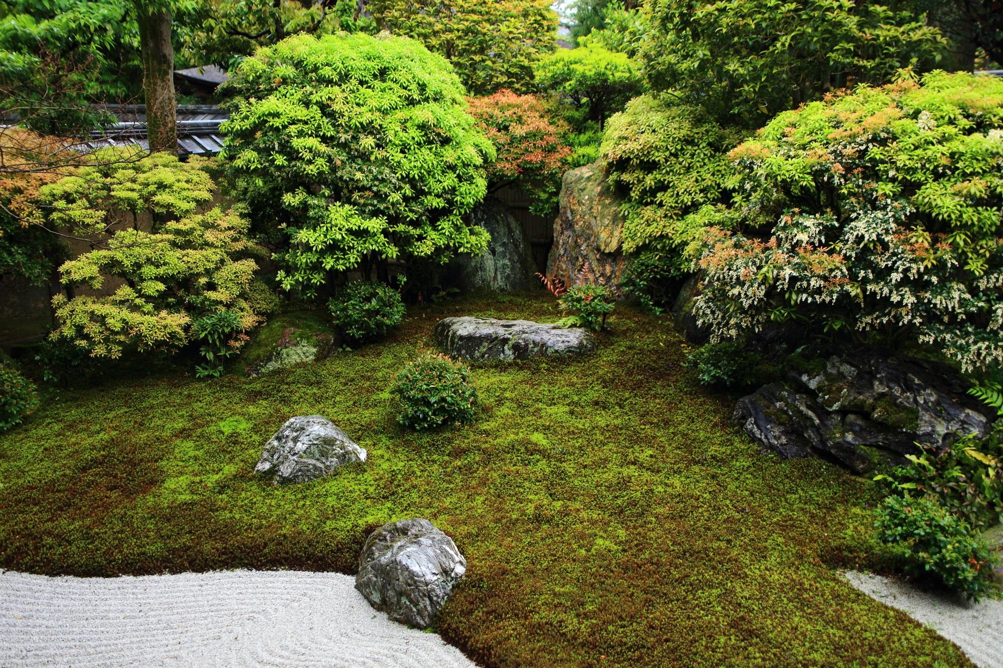 多種多様な植物の刈り込み庭園に趣きを加える阿吽庭(あうんてい)