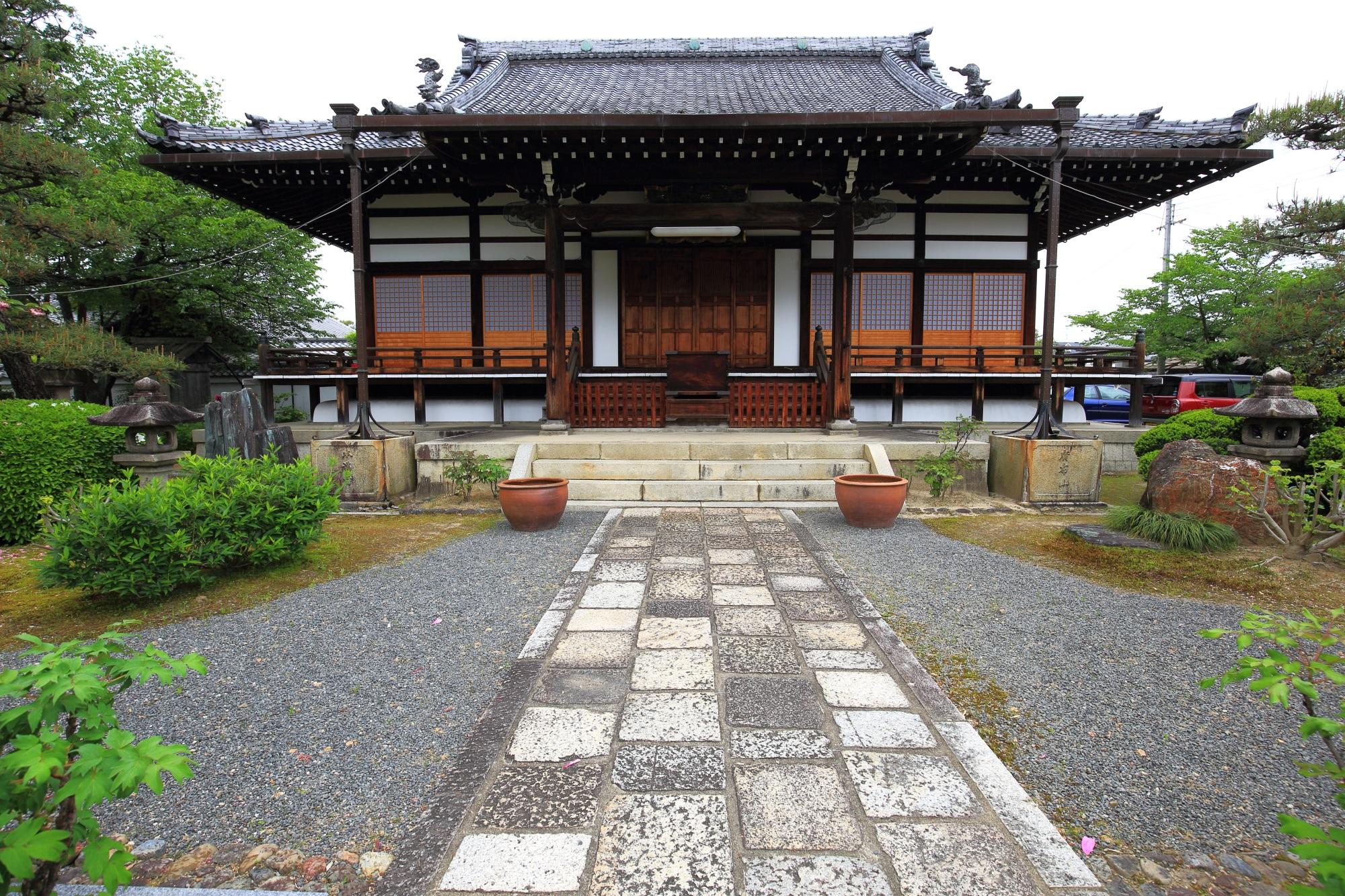 牡丹の名所の本満寺の本堂