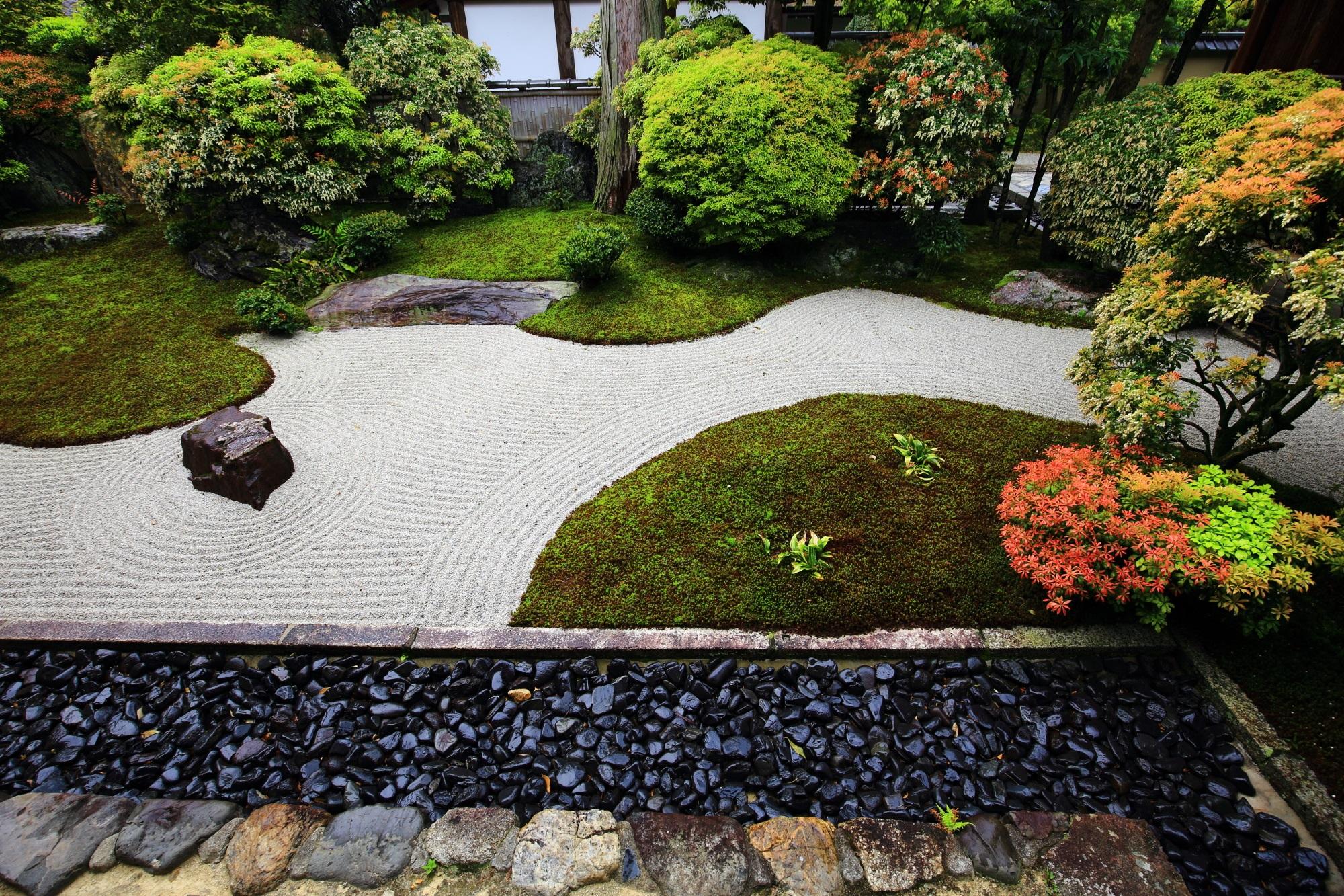 目を引く大心院の阿吽庭の緩やかな曲線を描いた苔と流れる砂の文様