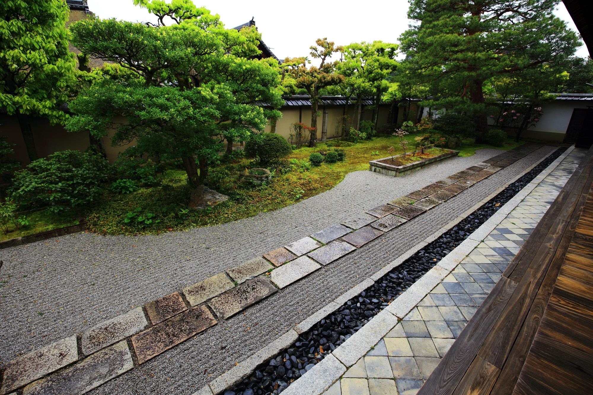 手前に敷石の参道が通る大心院の本堂南庭の「切石の庭(きりいしのにわ)」