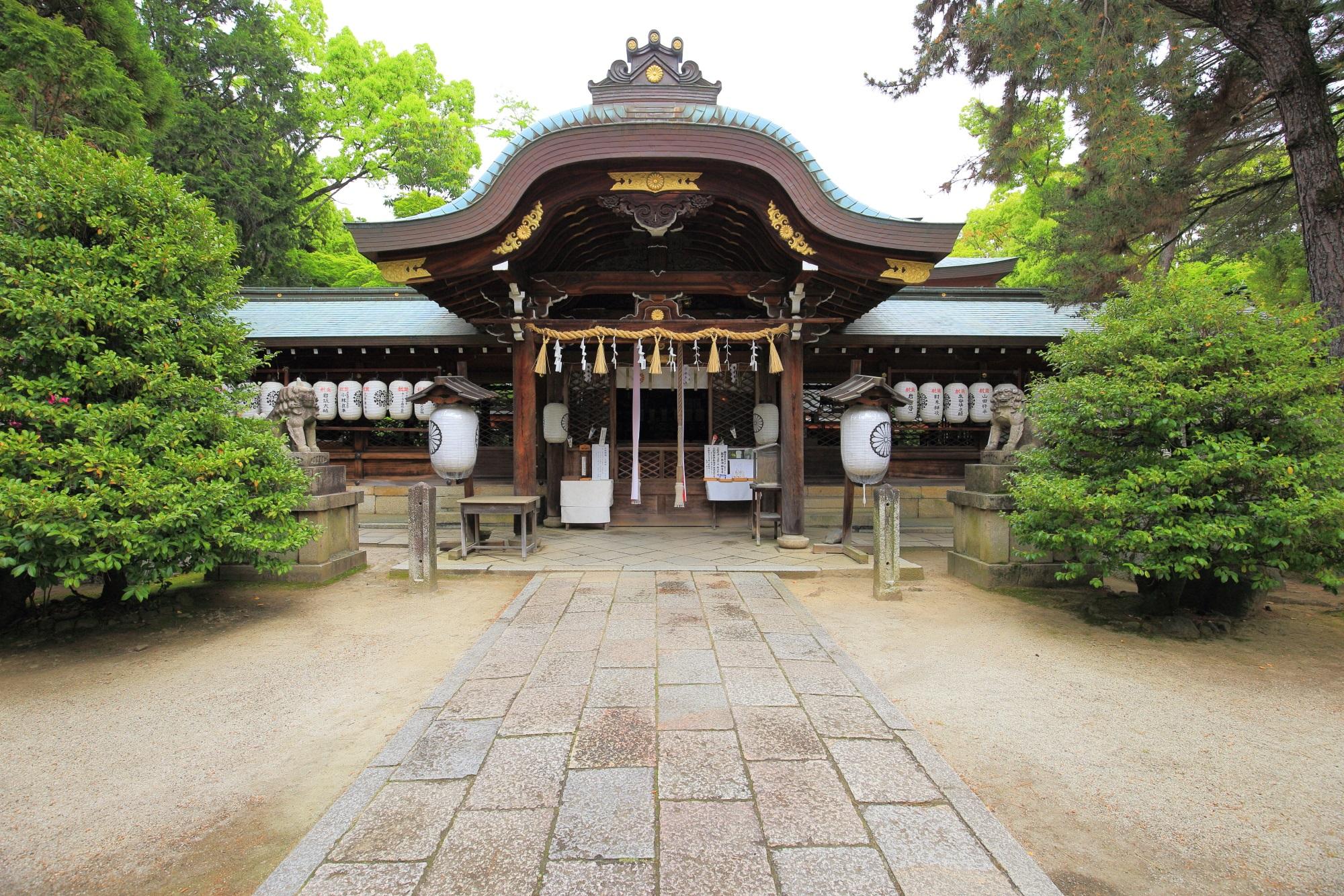 凛として構える上御霊神社の本殿