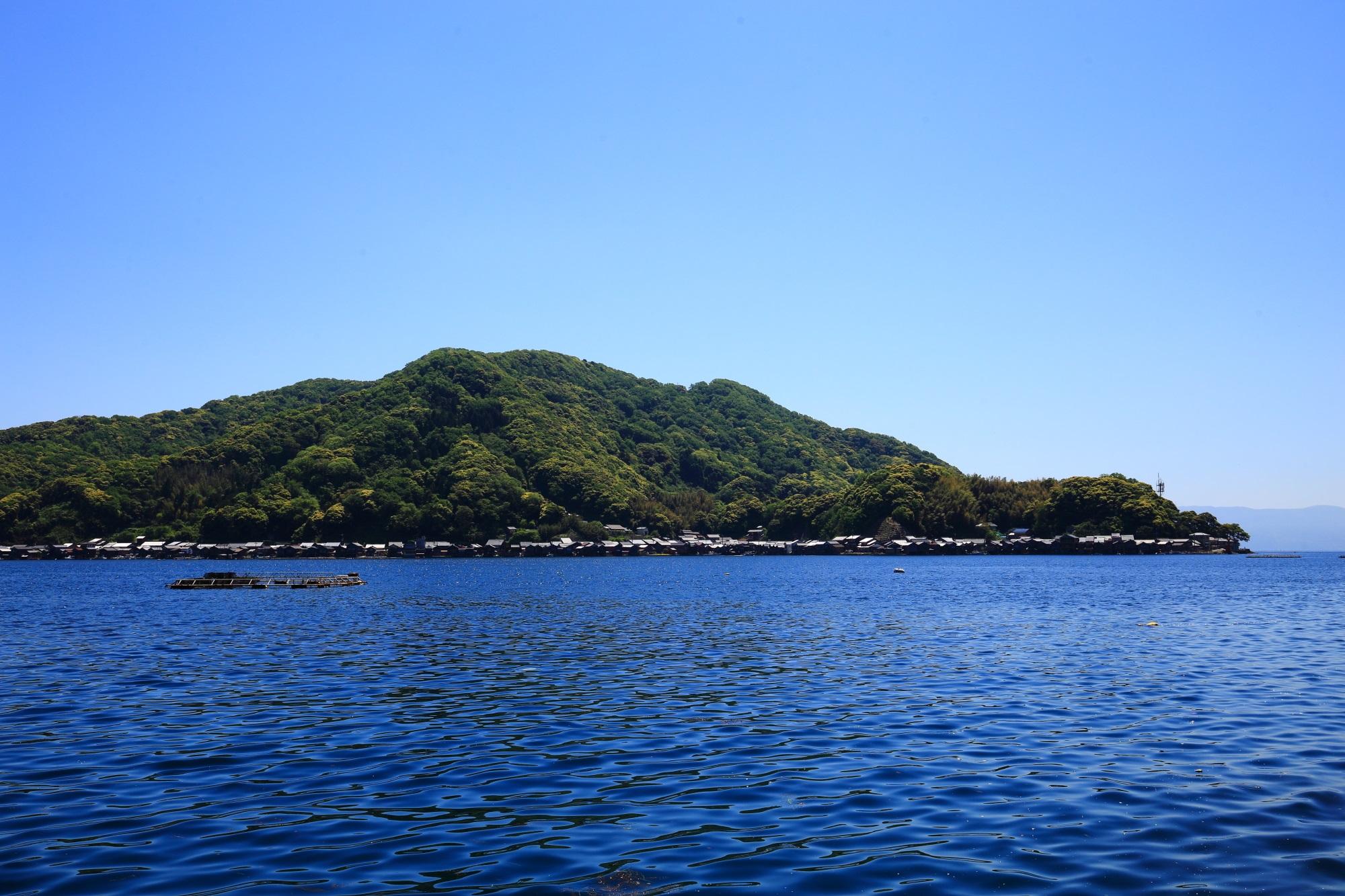 遊覧船から眺めた伊根湾と舟屋群