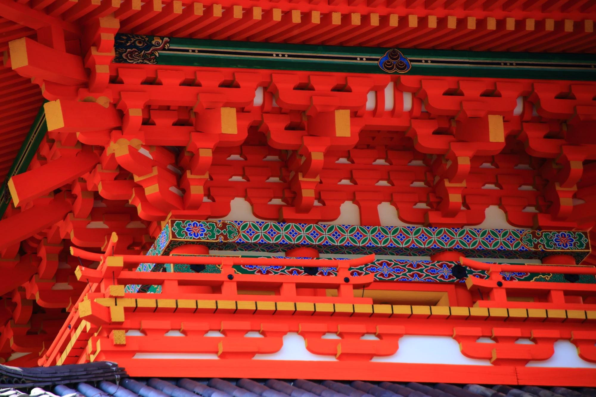清水寺の朱色の美しい三重塔