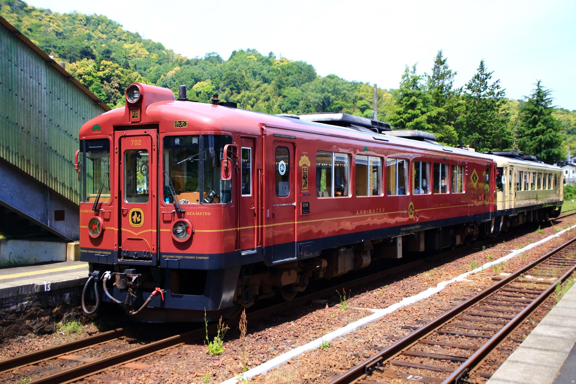 海の京都を走る京都丹後鉄道のあかまつ号