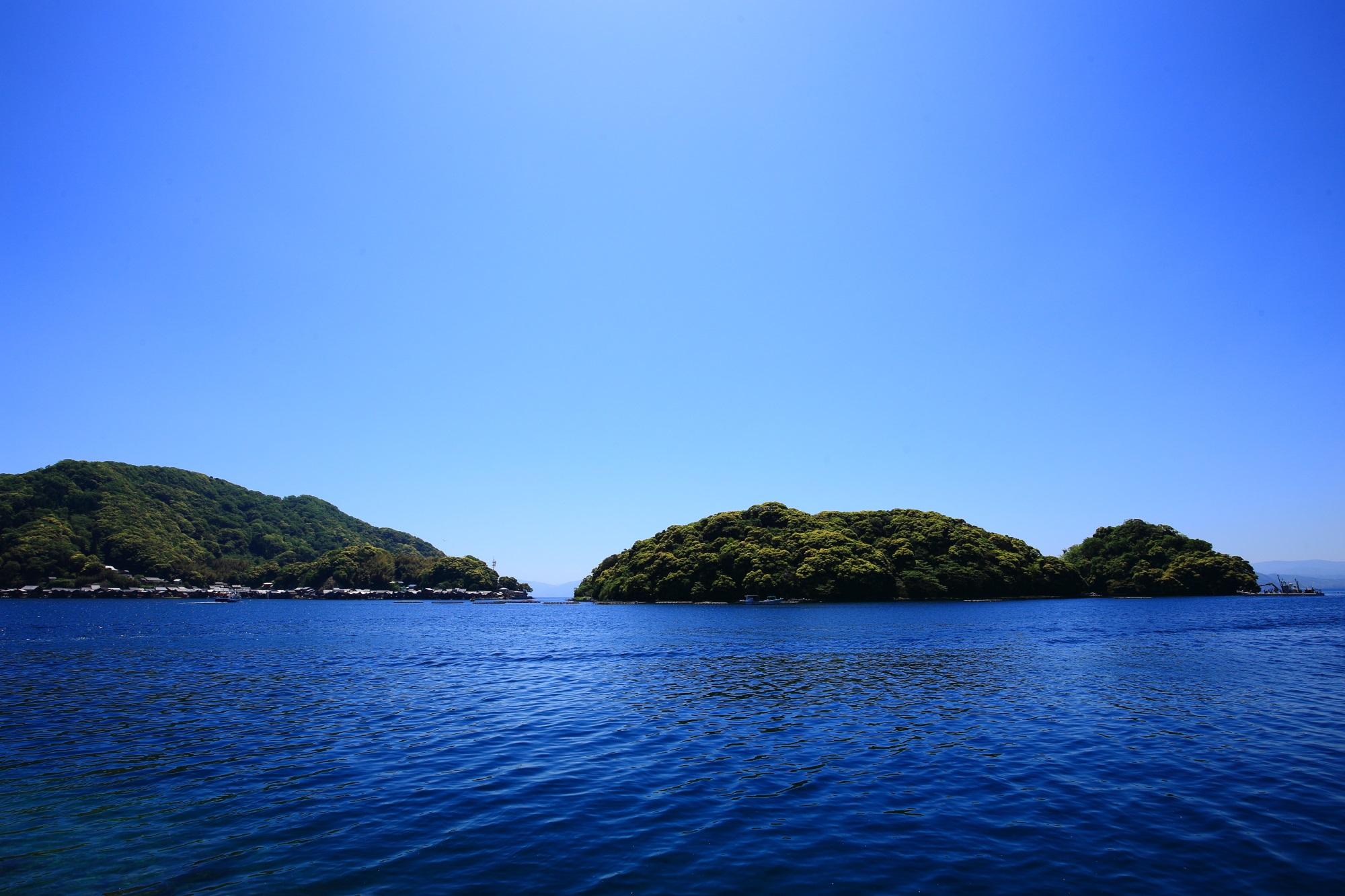 伊根湾の中央にある防波堤の役目をする青島