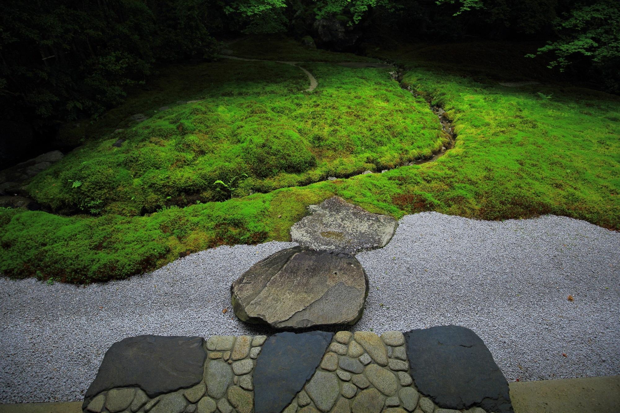 瑠璃光院の風情ある美しい瑠璃の庭