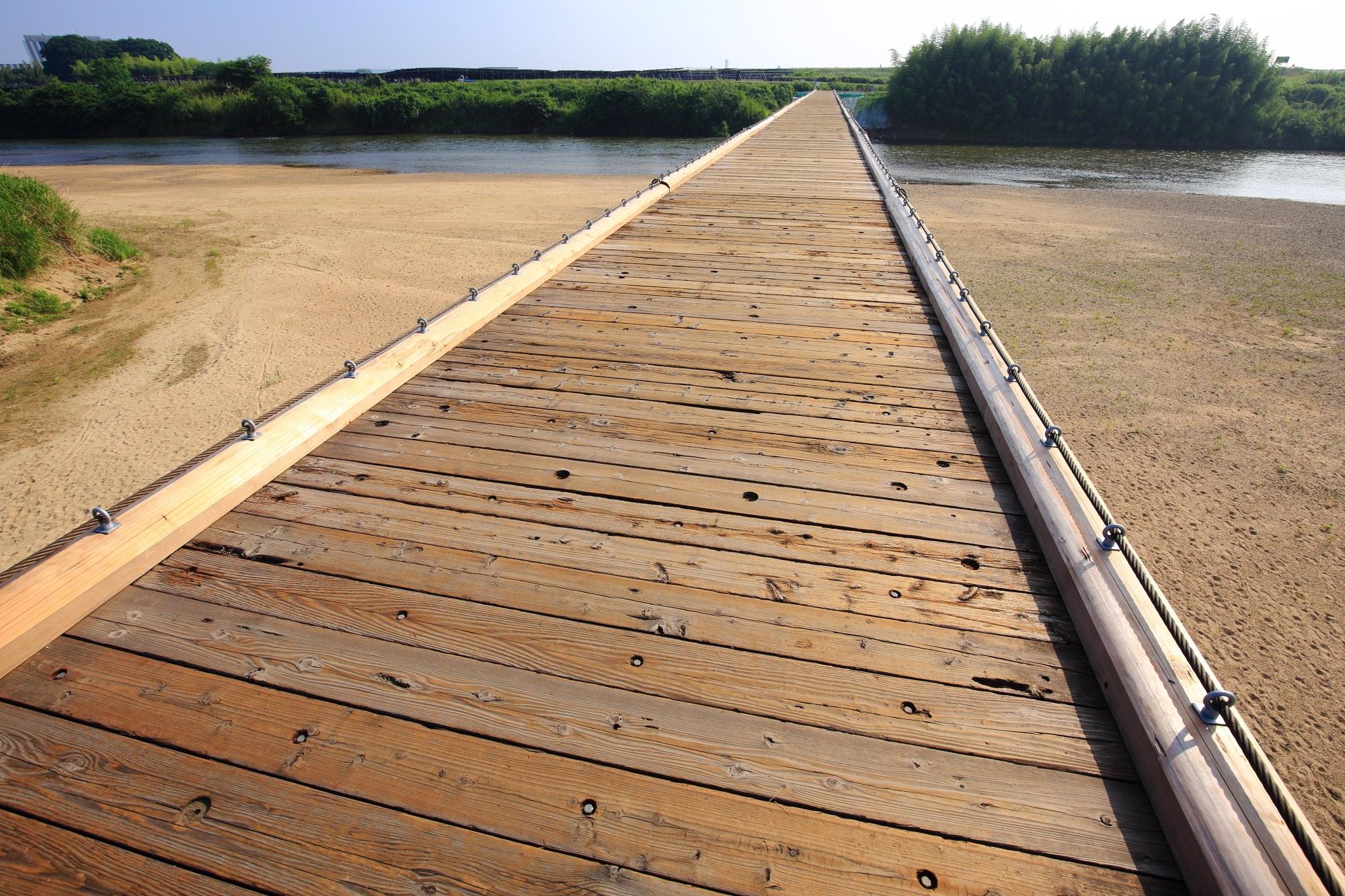 大雨で流れる木津川の上津屋橋(流れ橋)
