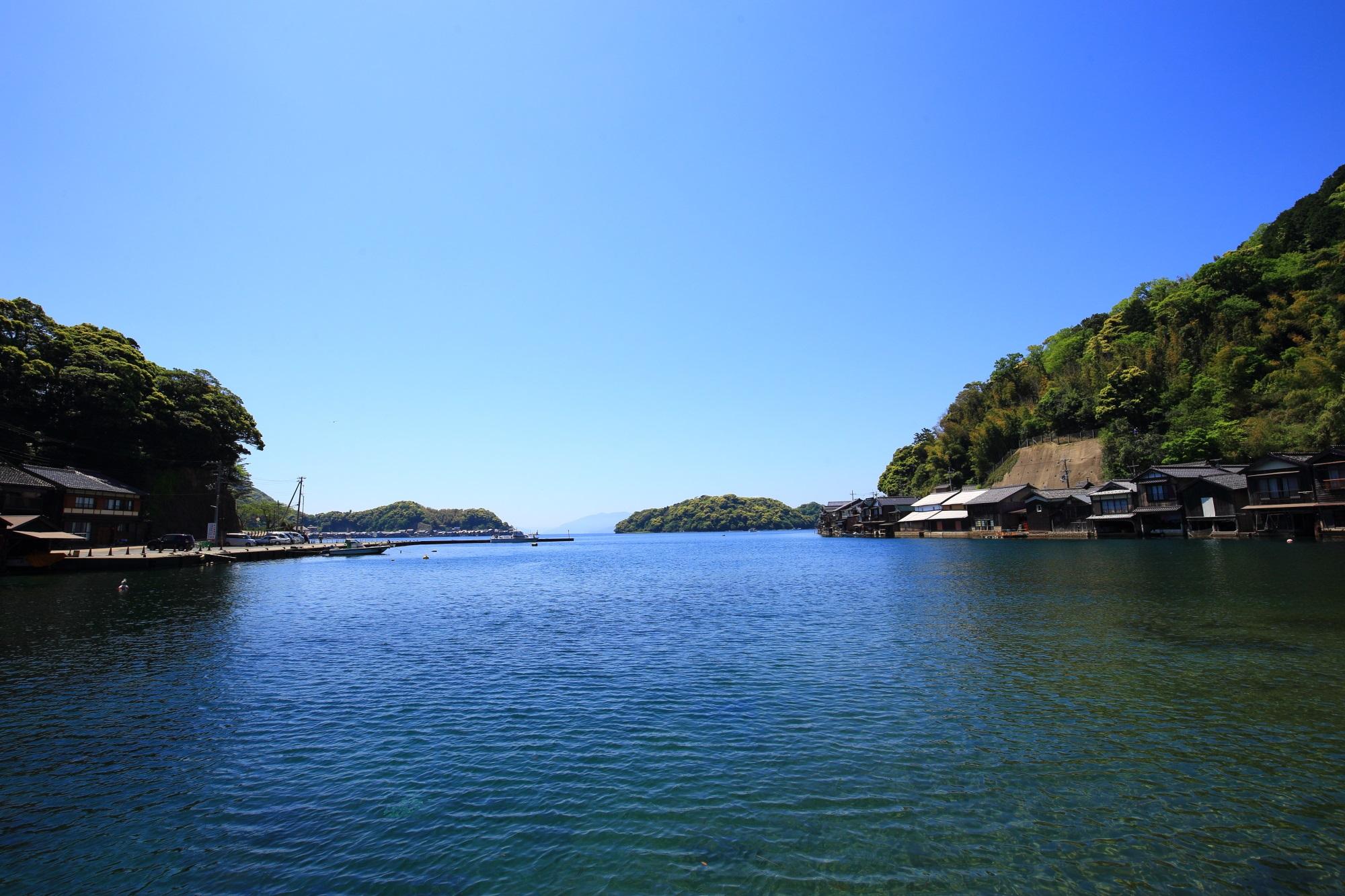 山と自然と舟屋に囲まれた穏やかで美しい伊根湾
