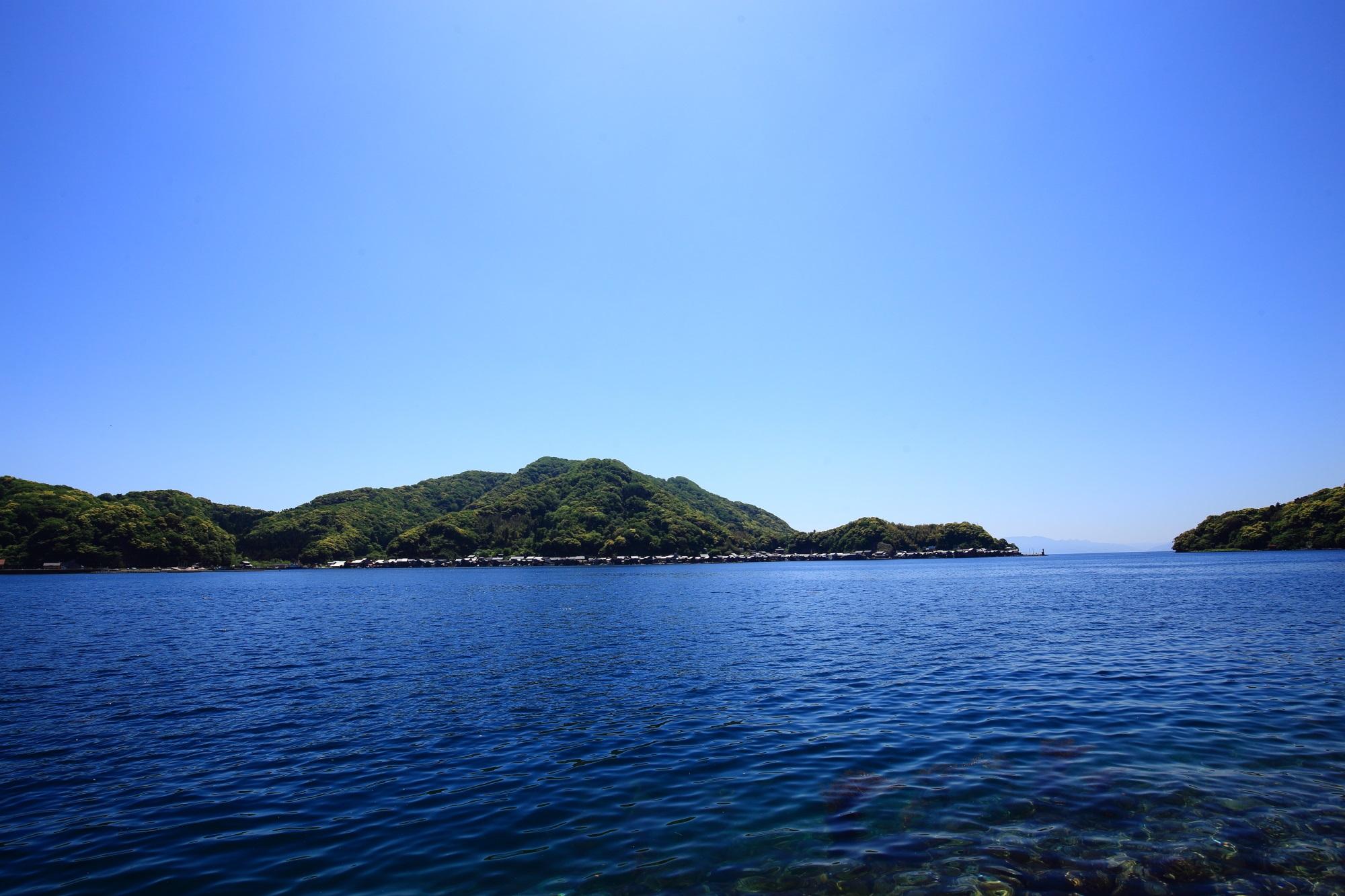 舟屋の里公園から見下ろす景色とはだいぶ趣きが異なる海辺で眺める伊根湾