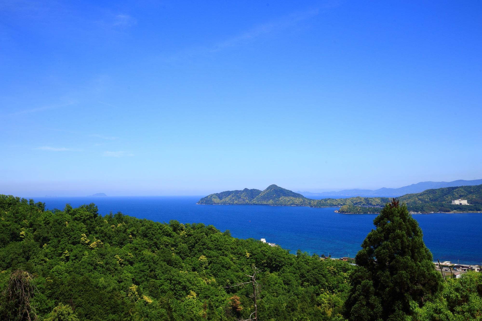 天橋立傘松公園から眺めた若狭湾の冠島と沓島